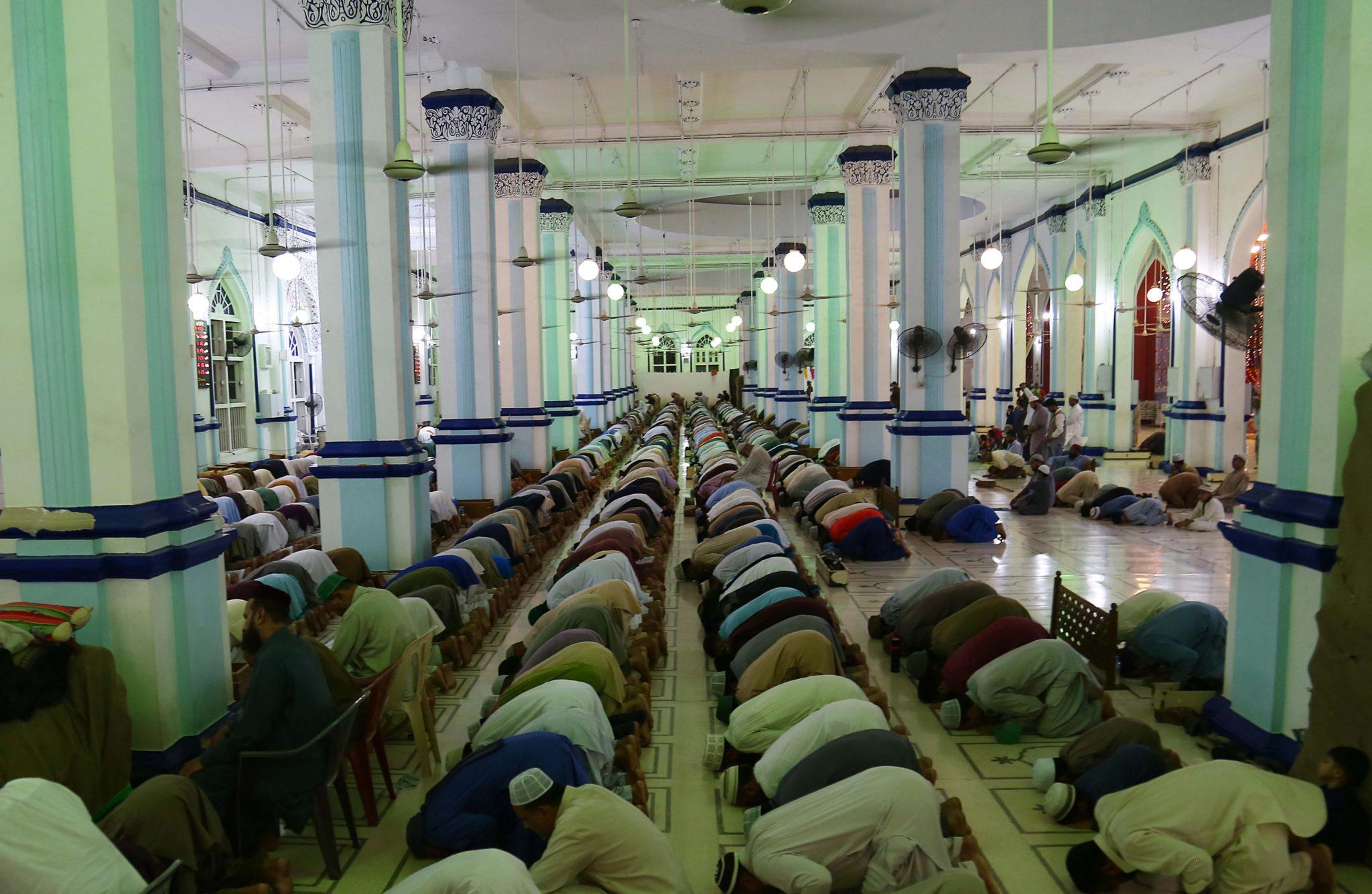 Muzułmanie pakistańscy modlą się w meczecie podczas 27. nocy Ramadanu, świętego miesiąca postu, w Peszawarze w Pakistanie, fot: Shahzain Akber, PAP/EPA