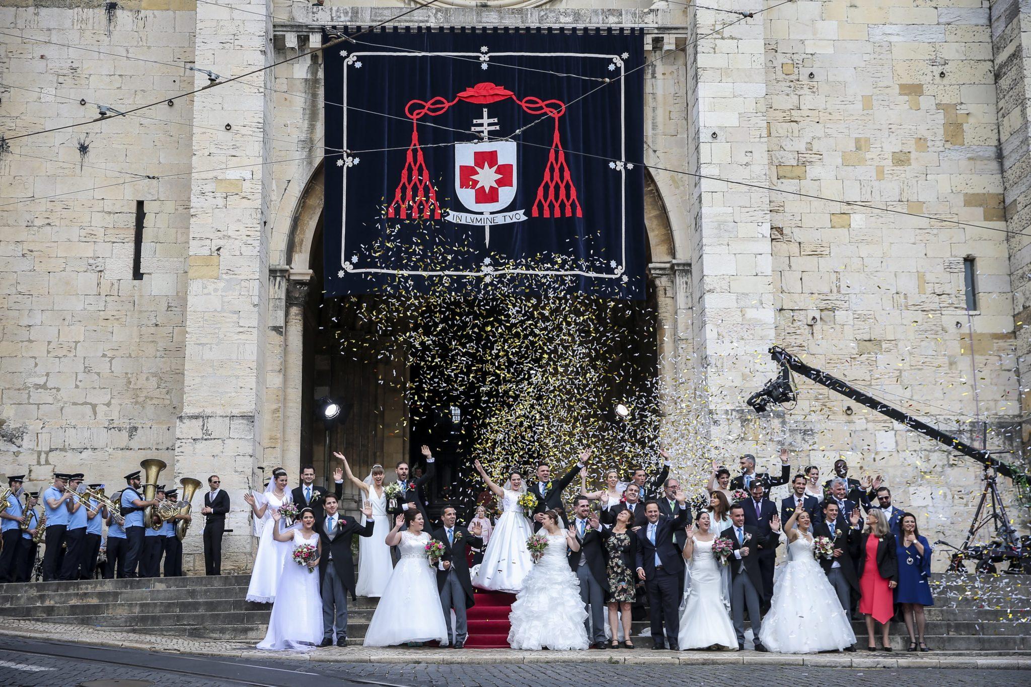 Nowożeńcy pozują do zdjęcia po ślubie podczas tradycyjnej ceremonii, którą nazwano weselami św. Antoniego w katedrze w Lizbonie (wspomnienie świętego przypada jutro). Szesnaście par wzięło ślub w trakcie tradycyjnego wydarzenia, które odnosi się do św. Antoniego z Padwy, który urodziła się w Lizbonie. Jest też patronem młodych narzeczonych, fot: Jose Sena Goulao, PAP/EPA