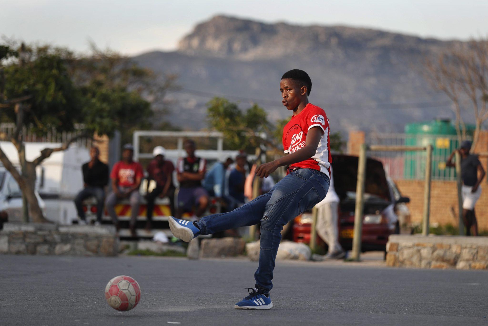 RPA, chłopcy rozgrywają mecz piłki nożnej w parku w Masiphumelele, Kapsztad oczekuje na początek Mundialu. W Mistrzostwach zagra 5 drużyn, fot: Nic Bothma, PAP/EPA