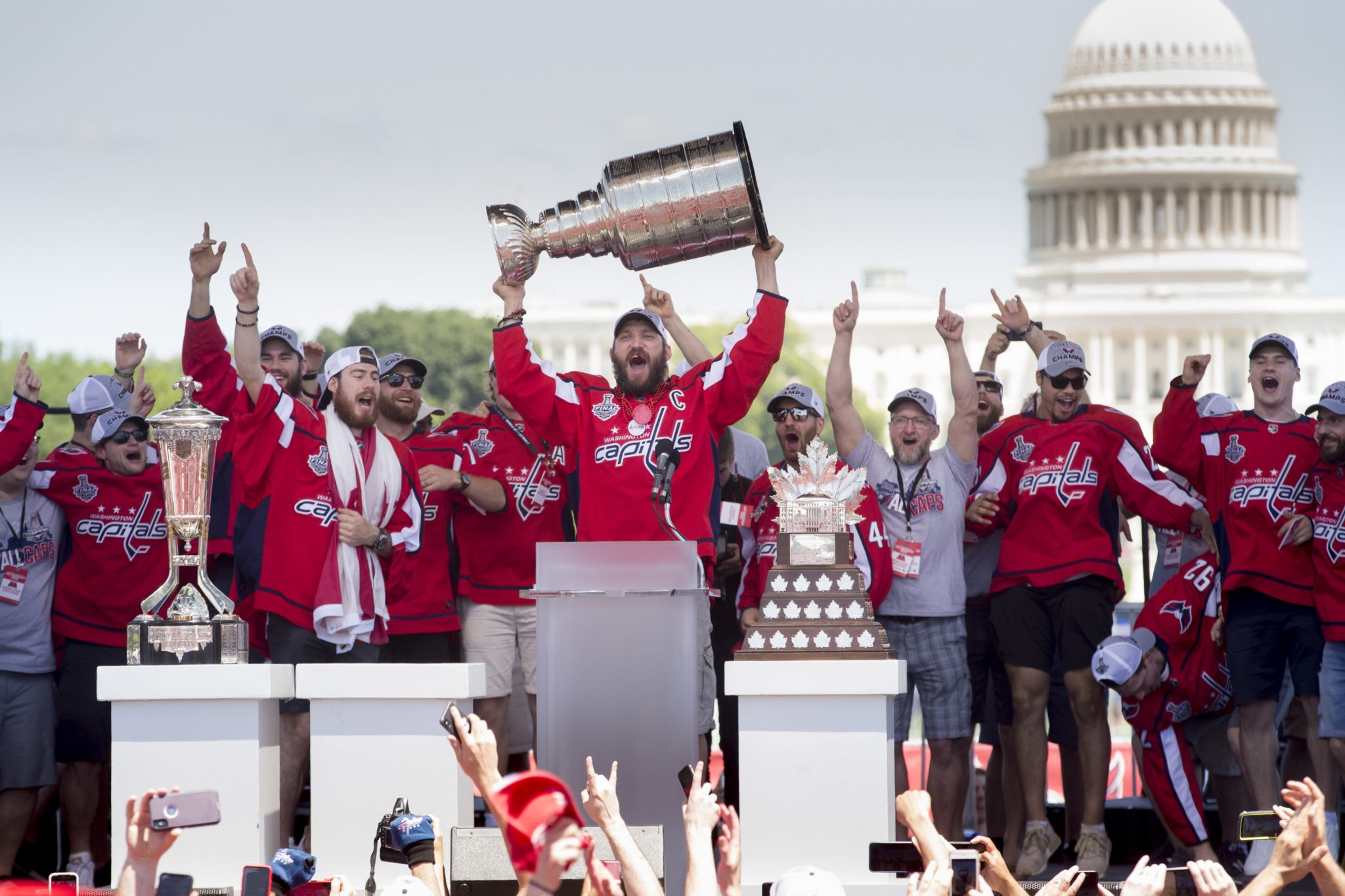 Washington Capitals z Pucharem Stanleya. Drużyna zwyciężyła w zawodach Stanley Cup Champions Washington Capitals, fot: Michael Reynolds, PAP/EPA