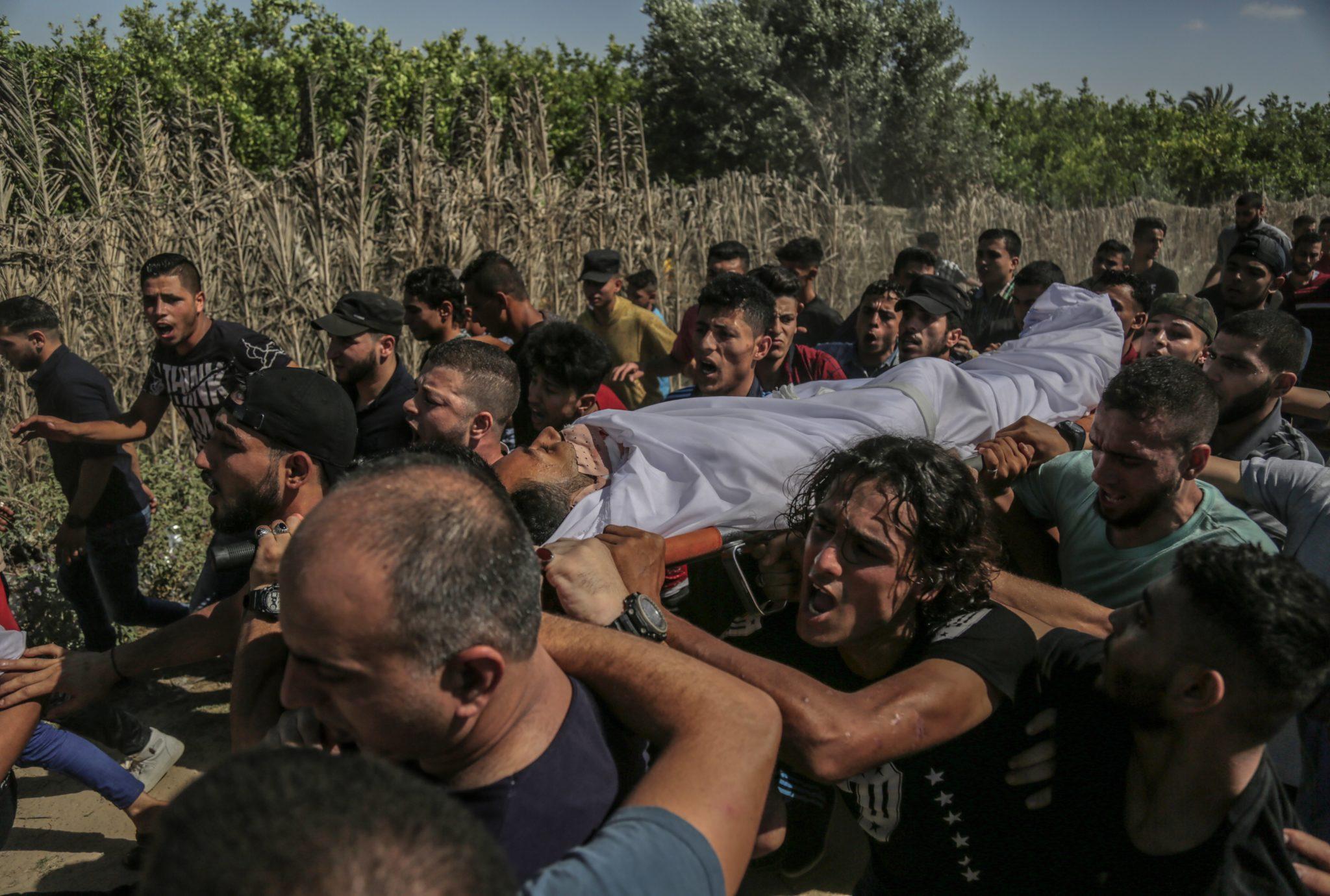 Gaza: Palestyńczycy chowają ciało Sabri Abu Khadr. Został zabity w czasie starć z Izraelem w pobliżu granicy Izraela ze Strefą Gazy we wschodniej części Strefy Gazy, fot: Haitham Imad, PAP/EPA