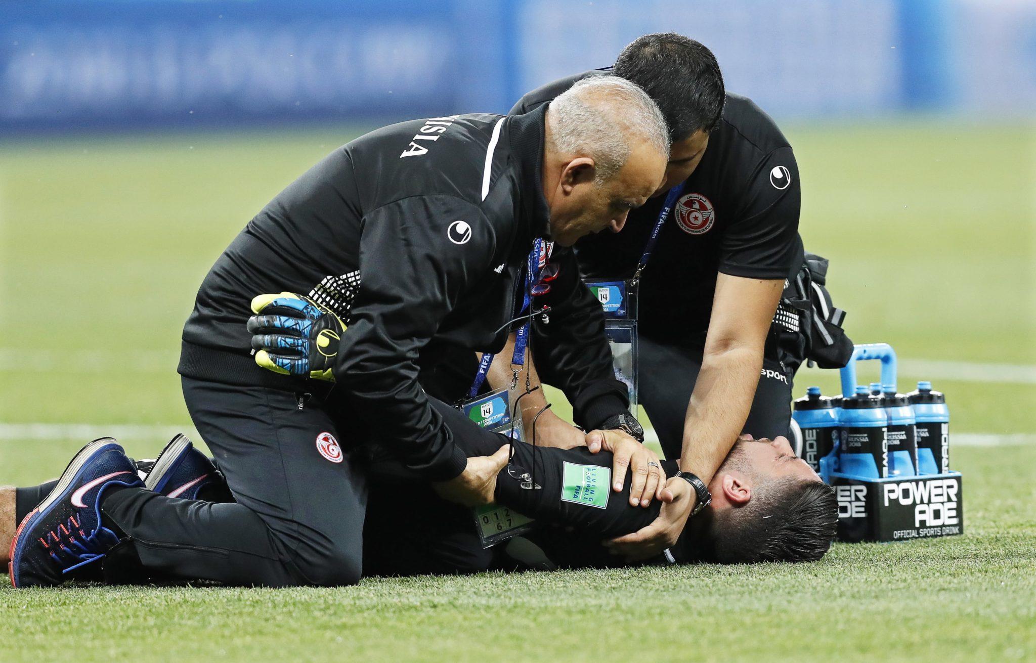 Bramkarz Tunezji Mouez Hassen otrzymuje pomoc medyczną po kontuzji podczas meczu grupy G (pomiędzy Tunezją i Anglią) w Wołgogradzie, fot: PAP/EPA