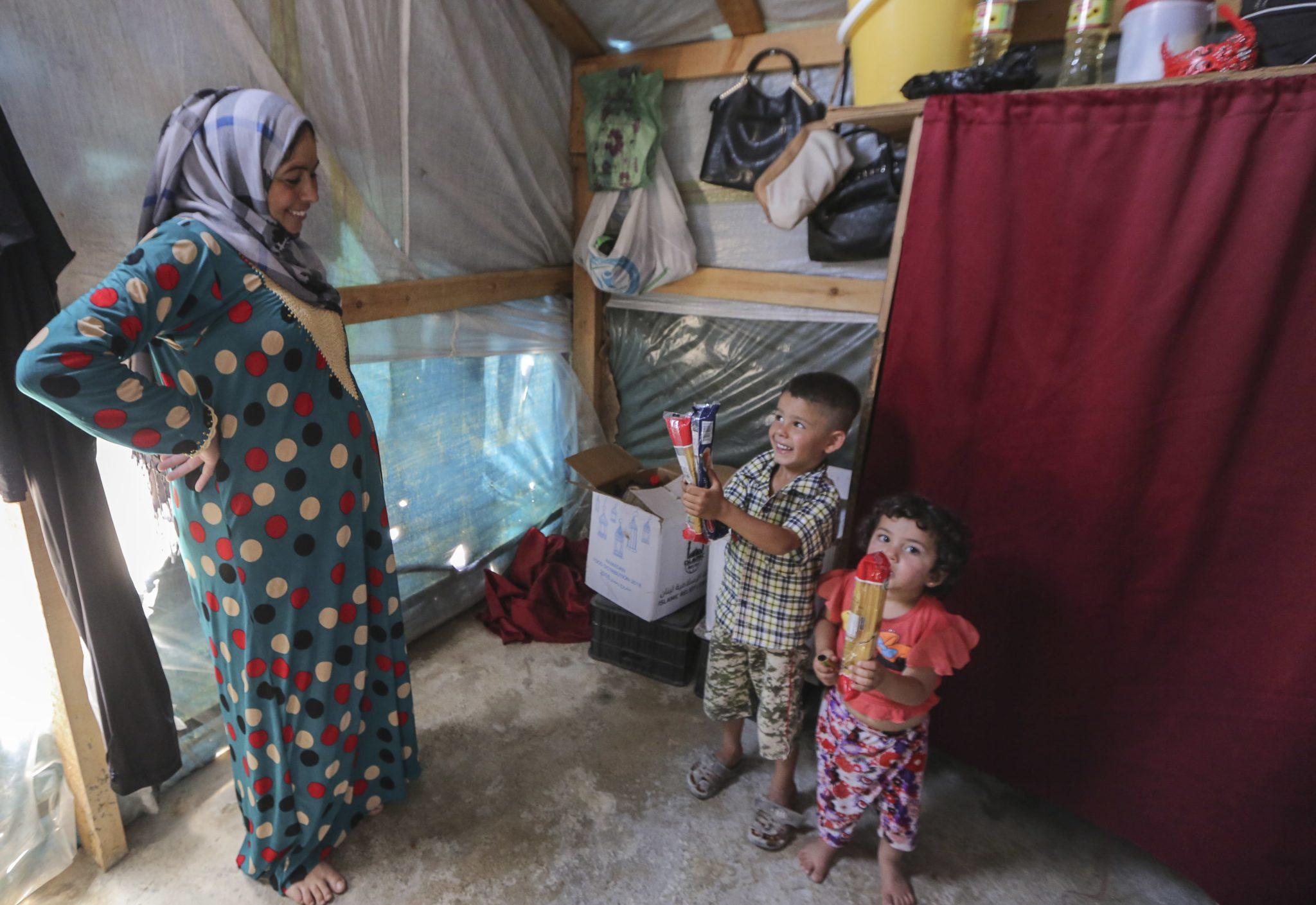 Kadija Ismail Al-Jneid, 32-letnia, syryjska uchodźczyni z Al-Raqqa w Syrii i jej dzieci znajdują się w prowizorycznym schronieniu w syryjskim obozie dla uchodźców Al-Basma w rejonie Deir Zanoun w dolinie Bekaa, wschodni Liban, fot: Nabil Mounzer, PAP/EPA
