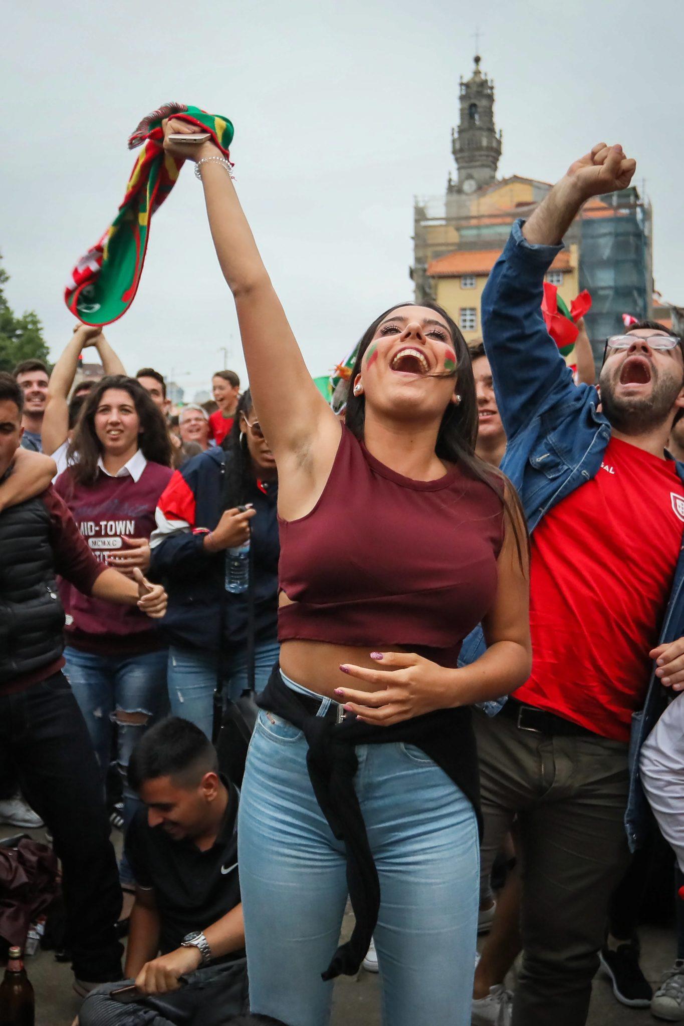 Porto, Portugalia: fani piłki nożnej oglądają mecz swojej reprezentacji z Iranem, spotkanie zakończyło się remisem 1:1, fot: Manuel Fernando Araujo, PAP/EPA