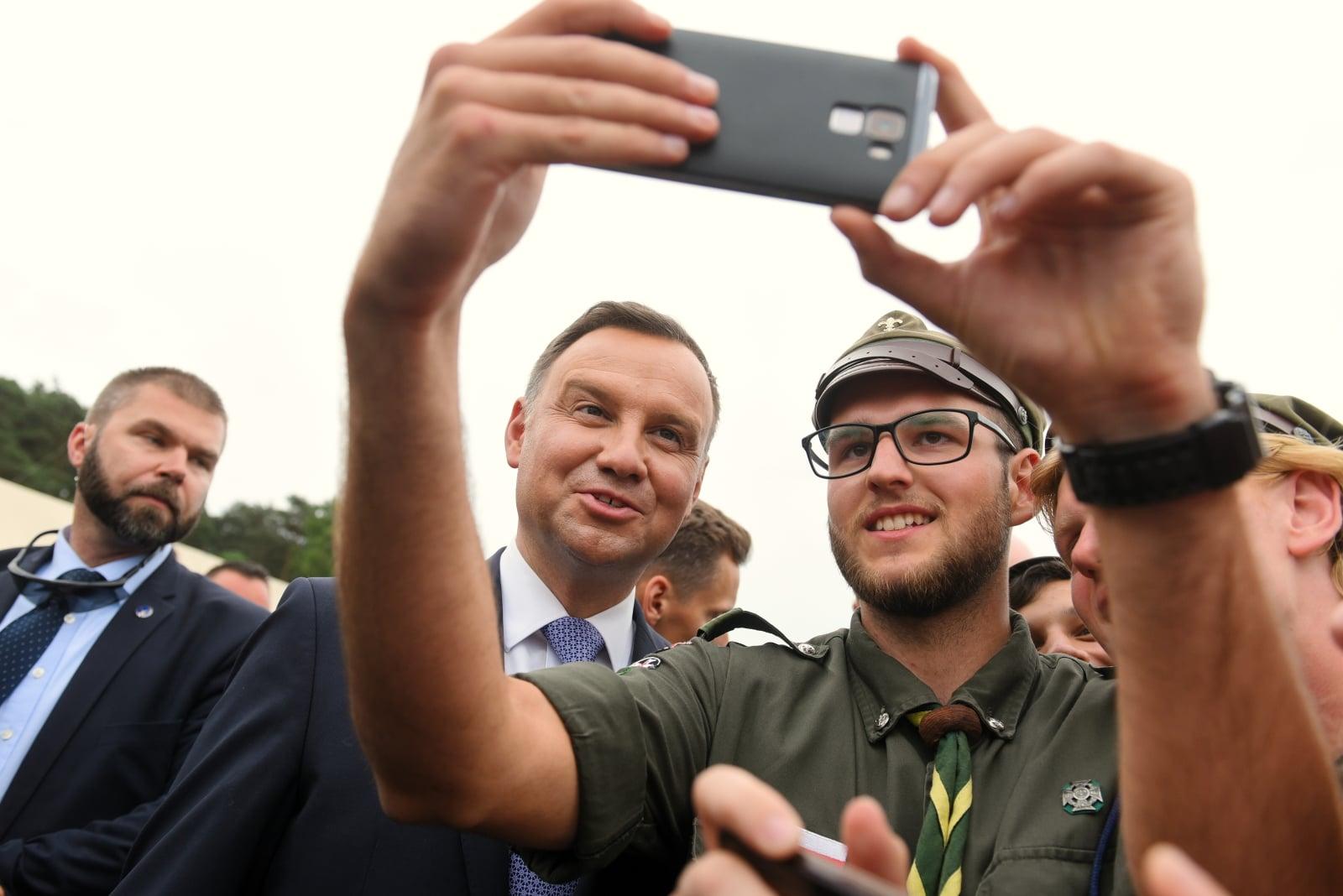 Prezydent Andrzej Duda (L) pozuje do pamiątkowych zdjęć, 2 bm. na Polach Lednickich.