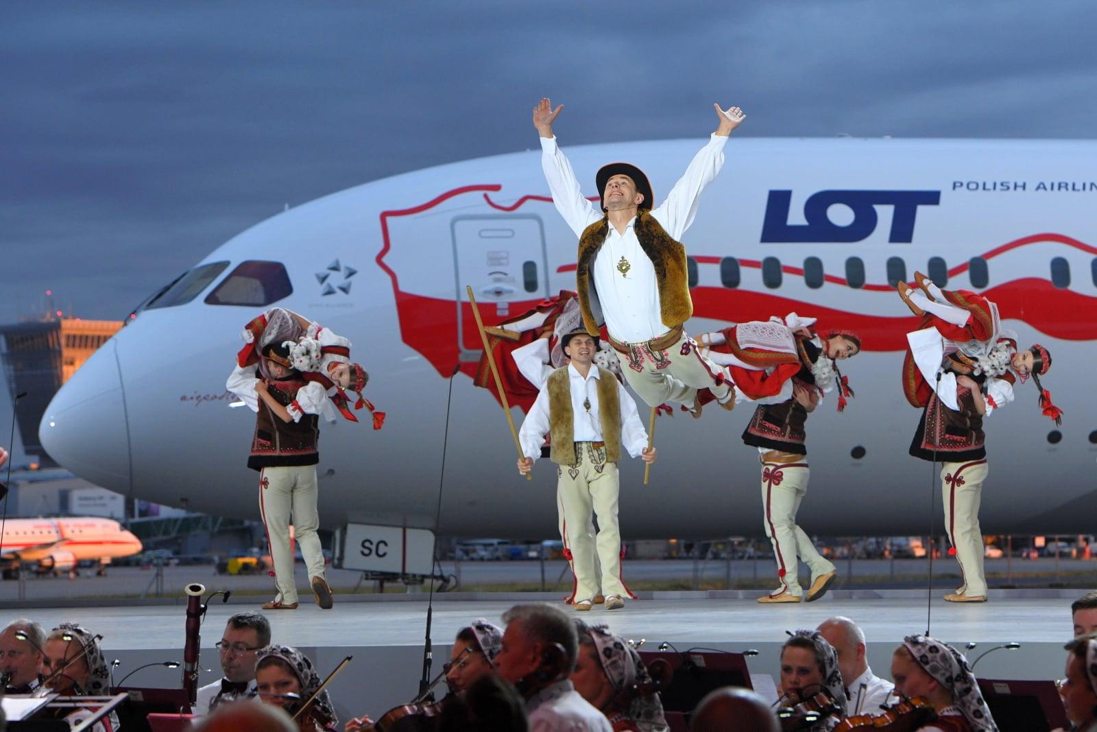 Gala PLL LOT z okazji 100-lecia odzyskania przez Polskę niepodległości na lotnisku Chopina w Warszawie