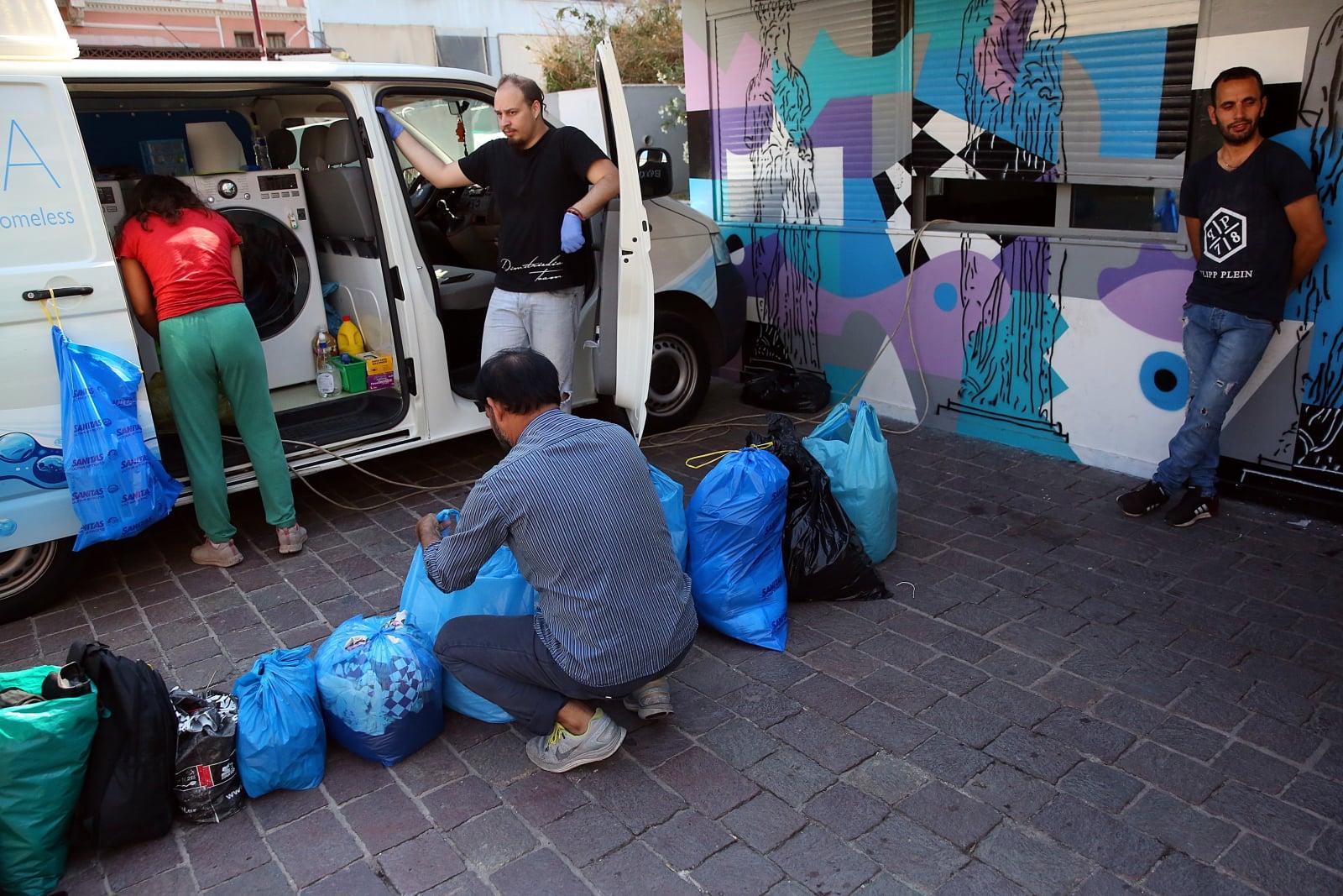 Pralnia dla bezdomnych w Grecji fot. EPA/ORESTIS PANAGIOTOU