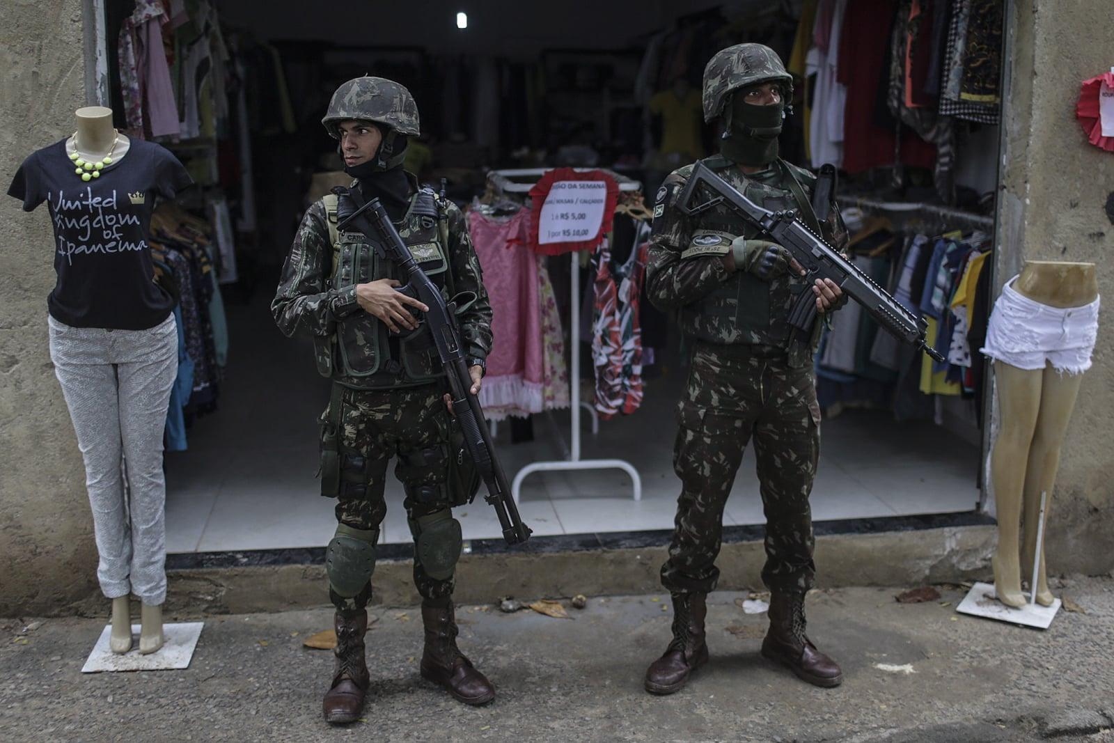 Żołnierze patrolują fawele w Brazylii.