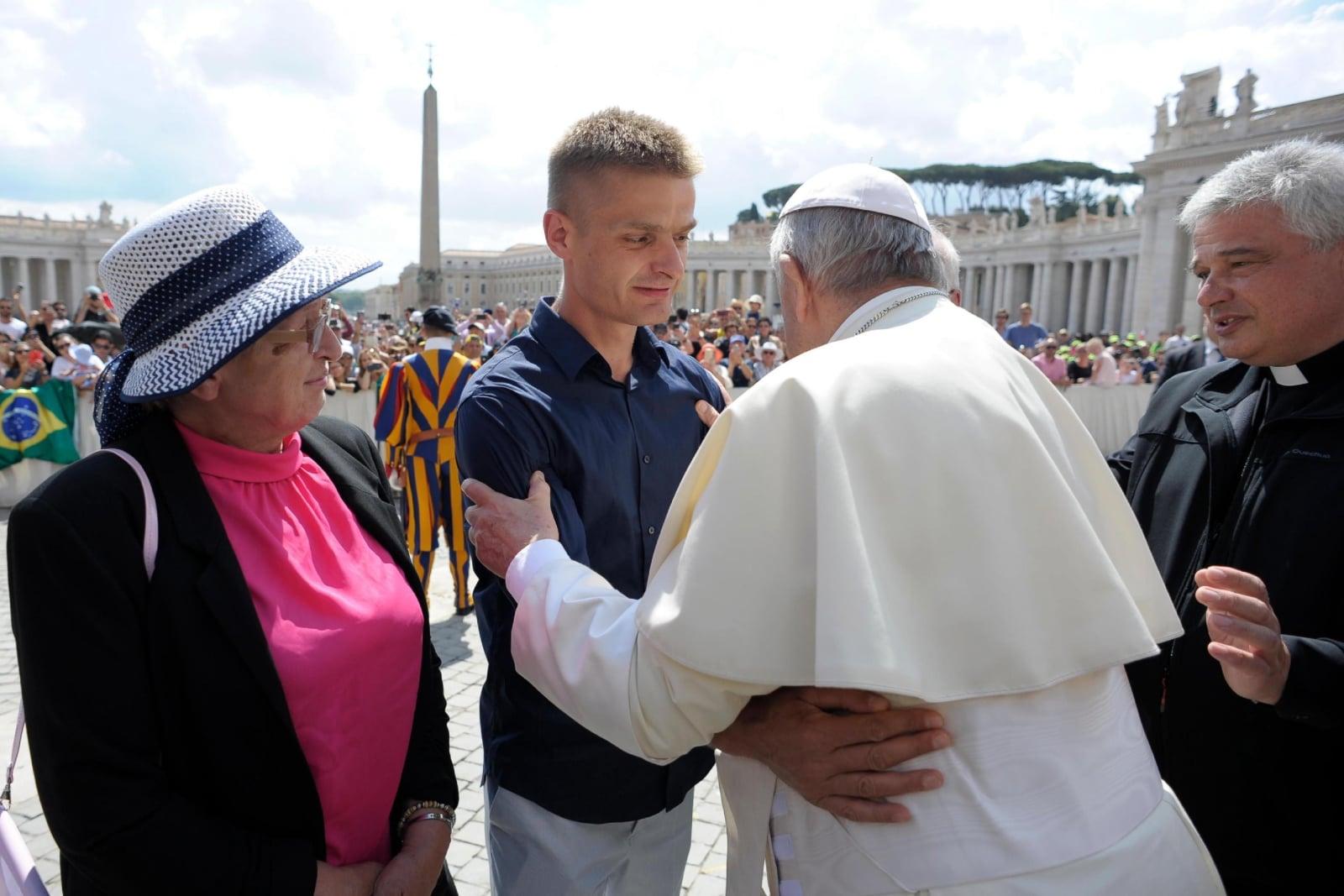 Spotkanie Tomasza Komendy z papieżem Franciszkiem podczas środowej audiencji generalnej na Placu Świętego Piotra, Watykan, fot. EPA/VATICAN MEDIA