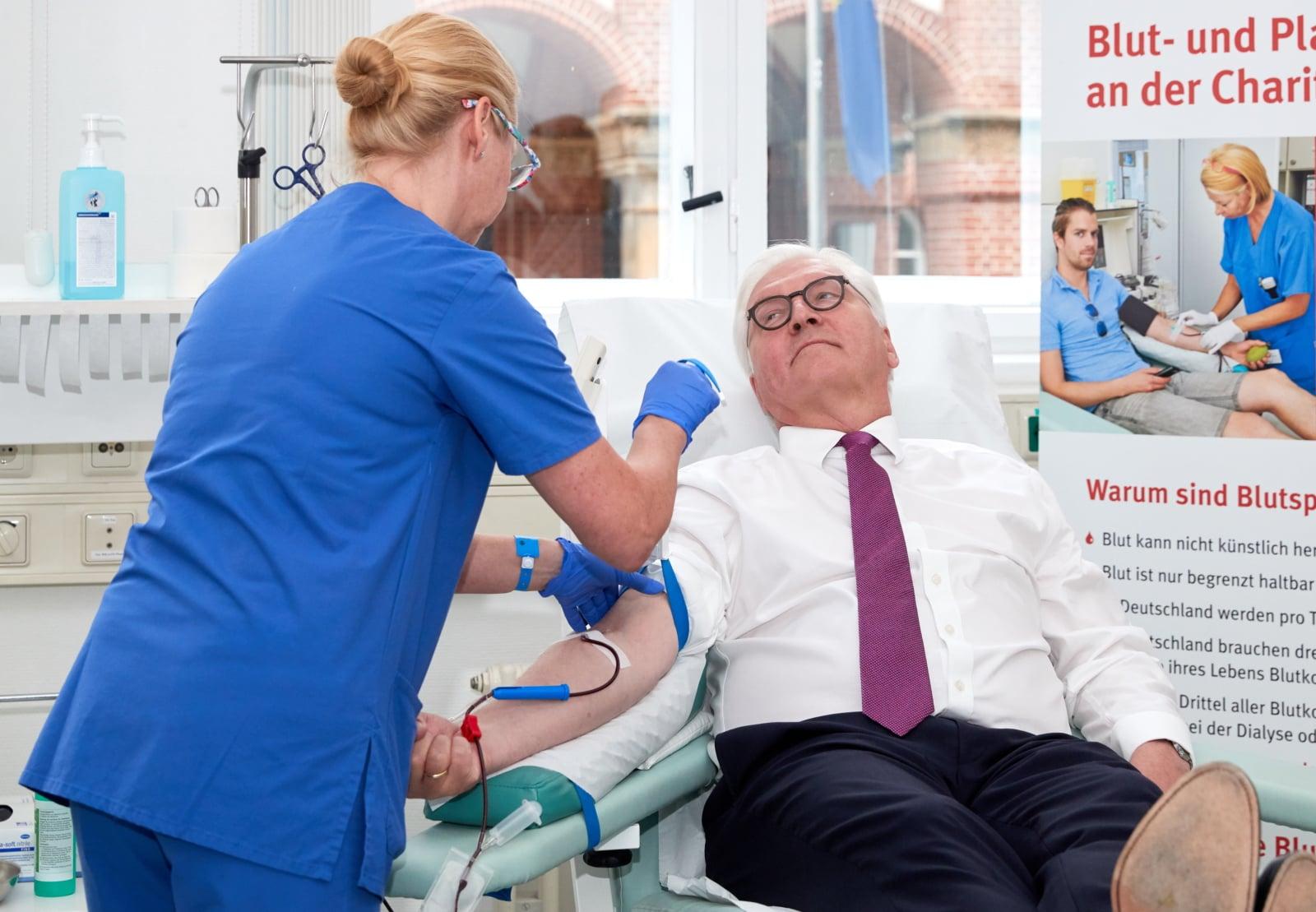 Prezydent Niemiec Frank-Walter Steinmeier z okazji jutrzejszego Światowego Dnia Krwiodawcy, oddaje krew w szpitalu Charite  w Berlinie, fot. EPA/HAYOUNG JEON