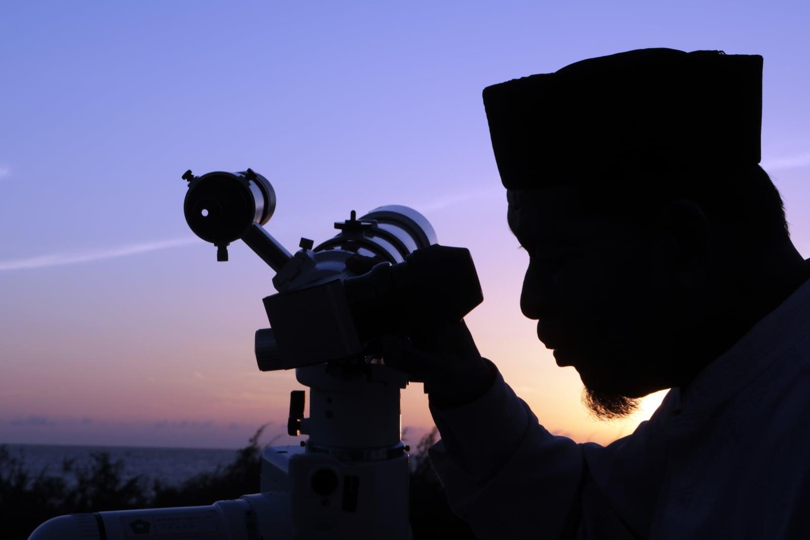 Muzułmanin obserwuje pozycję księżyca za pomocą teleskopu, aby określić koniec miesiąca Ramadanu, a także pierwszy dzień obchodów święta Eid al-Fitr w Lhok Nga, Aceh, Indonezja, fot. EPA/HOTLI SIMANJUNTAK/EPA-EFE