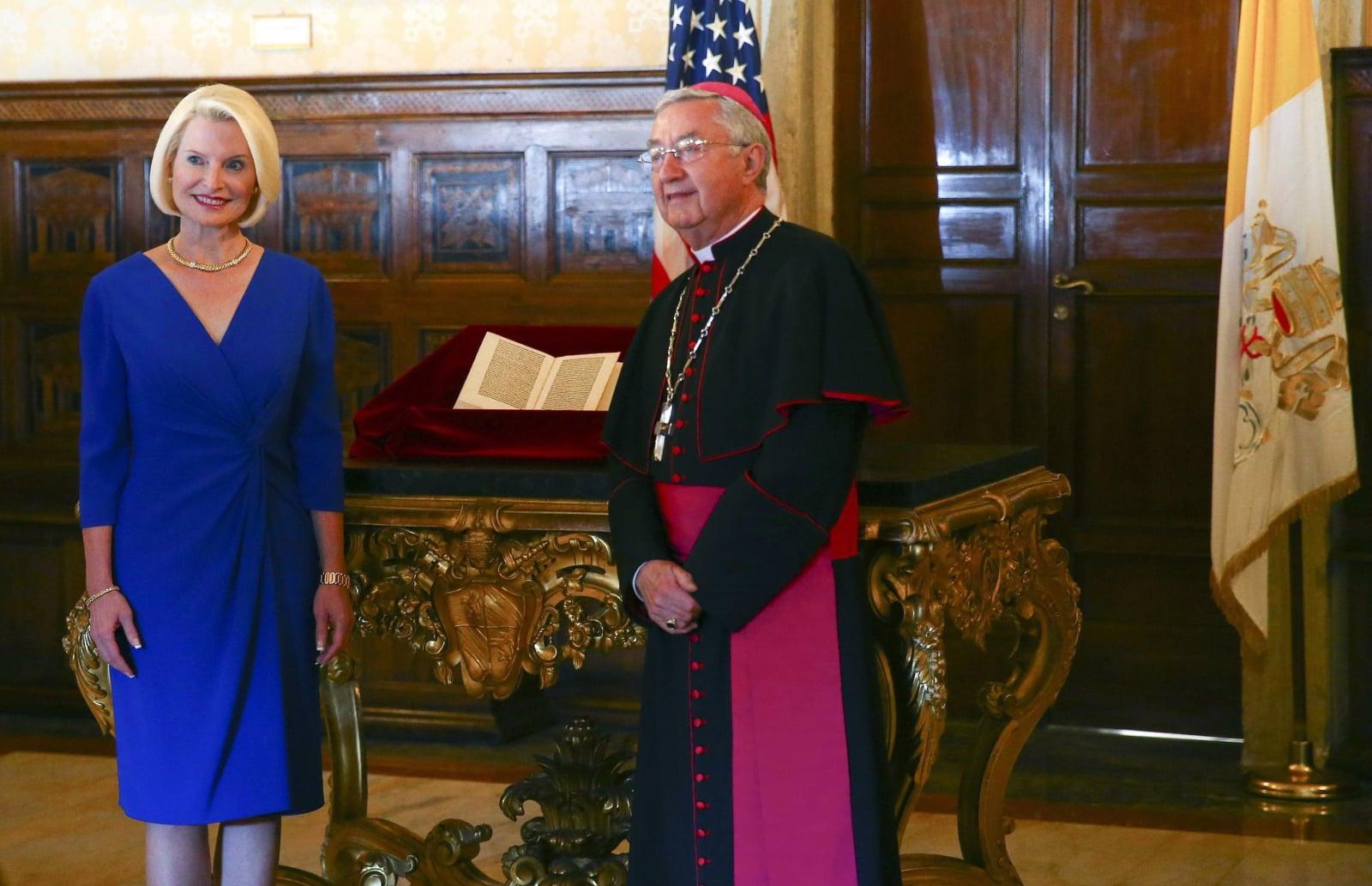 Amerykański ambasador przy Stolicy Apostolskiej Callista L. Gingrich i arcybiskup Jean-Luis Brugues z kopią listu napisanego przez Krzysztofa Kolumba, który został skradziony z archiwów i zwrócony przez amerykańskich funkcjonariuszy Departamentu Bezpieczeństwa Wewnętrznego i amerykańskiego ambasadora w Bibliotece Watykańskiej, Watykan, fot. EPA/TONY GENTILE