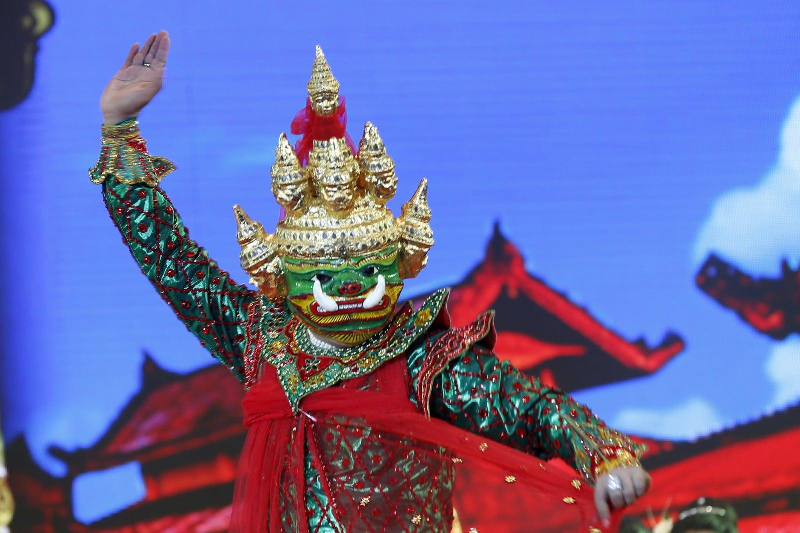 Tradycyjne stroje Mjanmarczyków fot. EPA/HEIN HTET Dostawca: PAP/EPA.