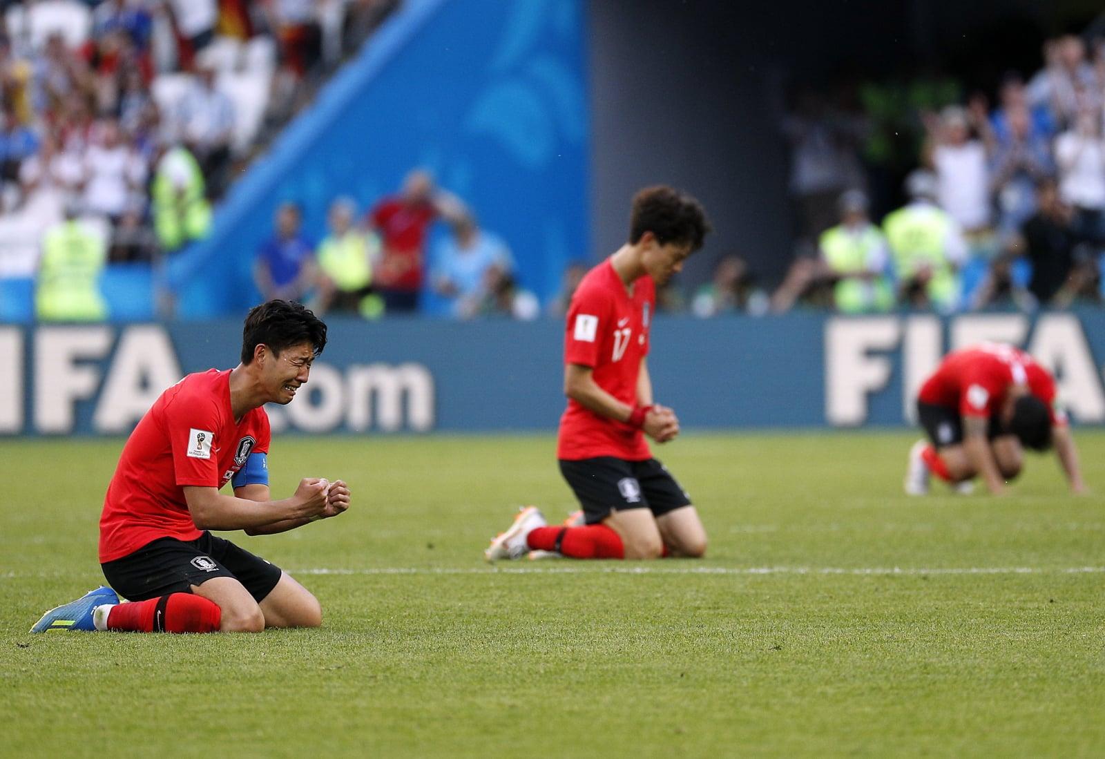 Reakcja zawodników Korei Południowej po wygranym meczu z Niemcami podczas Mistrzostw Świata FIFA 2018 w Rosji, fot.  EPA/SERGEY DOLZHENKO