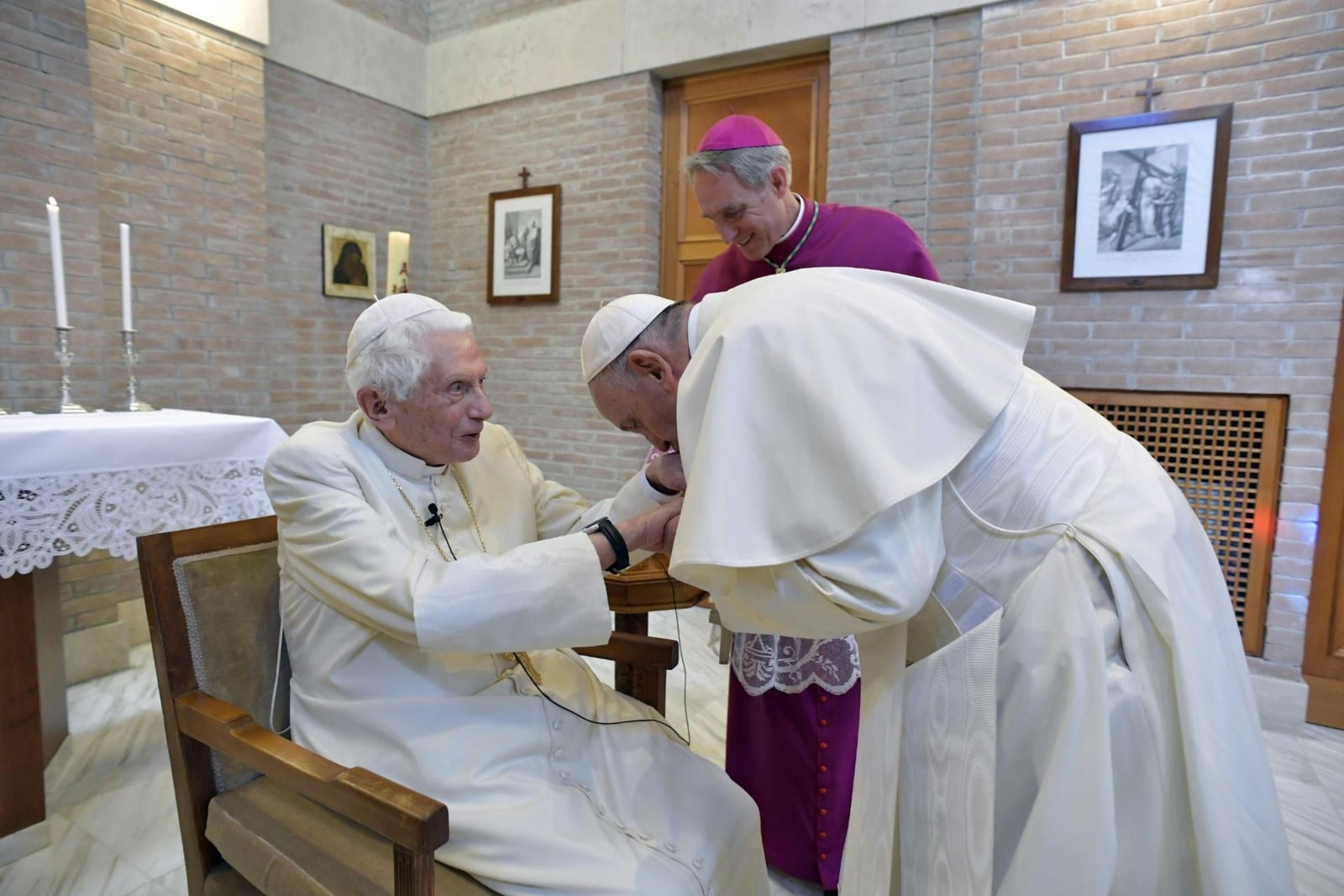 Papież Franciszek wraz z nowymi kardynałami u papieża Benedykta XVI EPA/VATICAN MEDIA