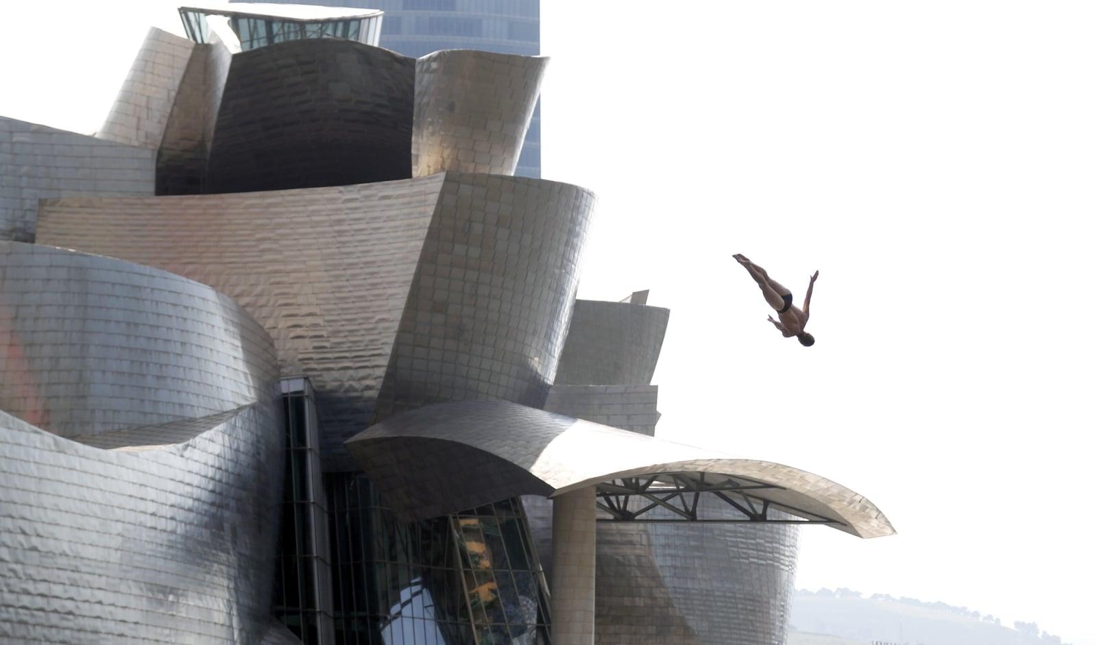 Andy Jones ćwiczy przed Red Bull Cliff Diving w Bilbao, Hiszpania. PAP/EPA/LUIS TEJIDO