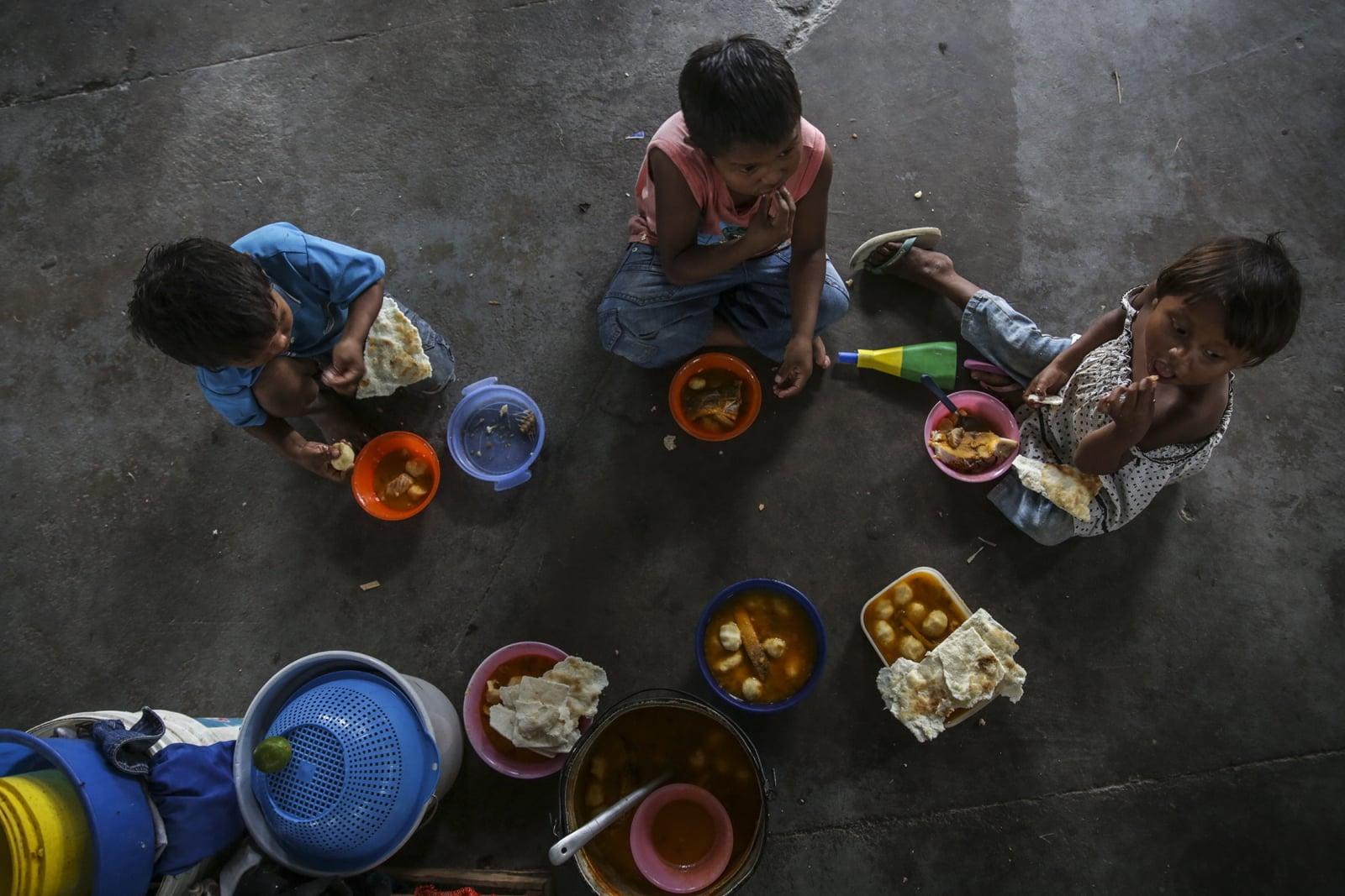 Dzieci z plemienia Warao spożywają posiłek, Pacaraima, Brazylia. PAP/EPA/Antonio Lacerda