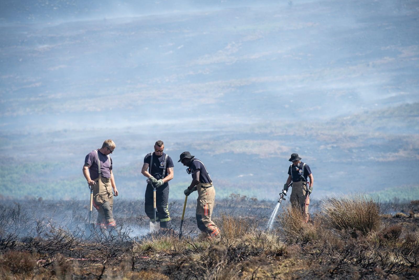 Gaszenie ogromnego pożaru w północno-zachodniej Anglii. PAP/EPA/SGT DONALD TODD (RLC)