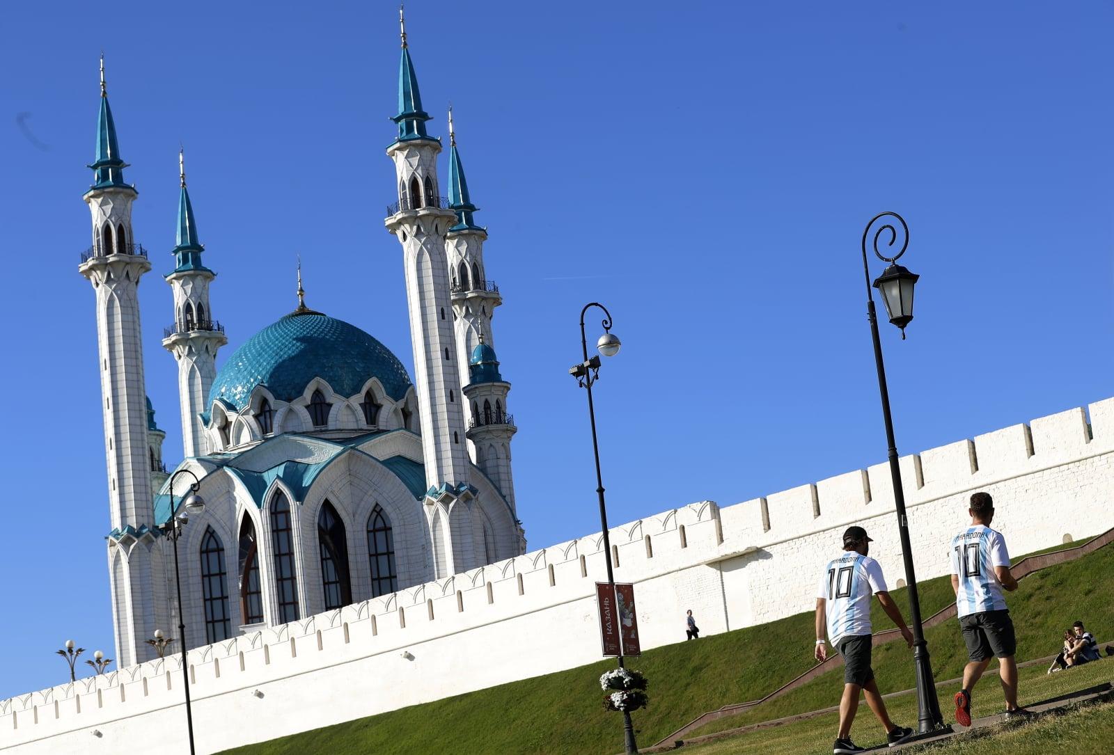 Dwóch argentyńczyków spaceruje obok kazańskiego meczetu, Rosja. PAP/EPA/FELIPE TRUEBA