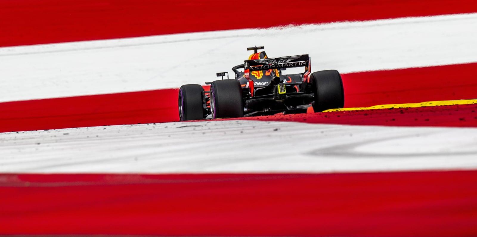 Daniel Ricciardo z Aston Martin Red Bull Racing na torze w Spielberg, Austria.  PAP/EPA/SRDJAN SUKI