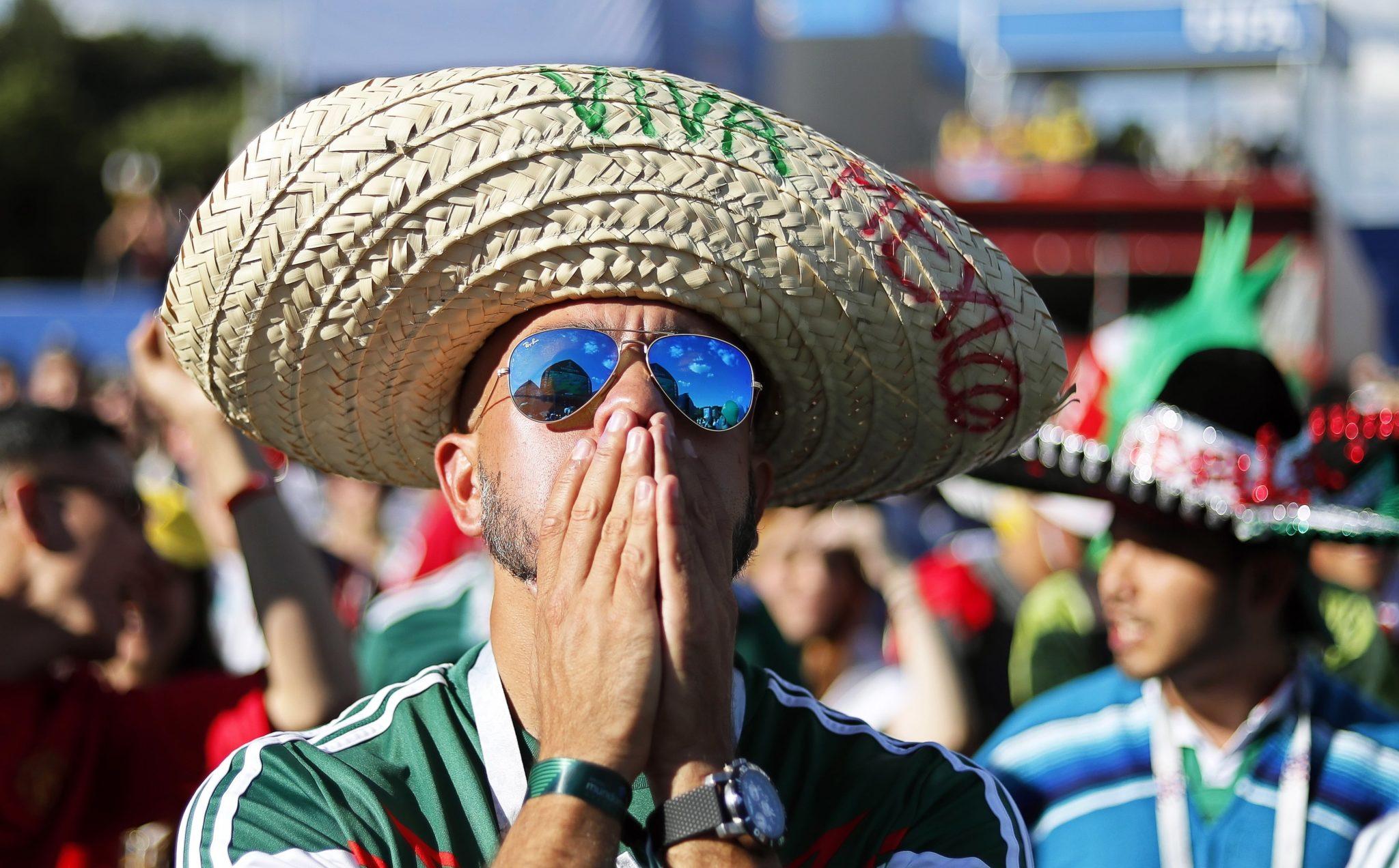 Zdjęcie: reakcja Meksykanów na przegraną z Brazylią, Plac Konstytucji w Mexico City, fot: Mario Guzman, PAP/EPA