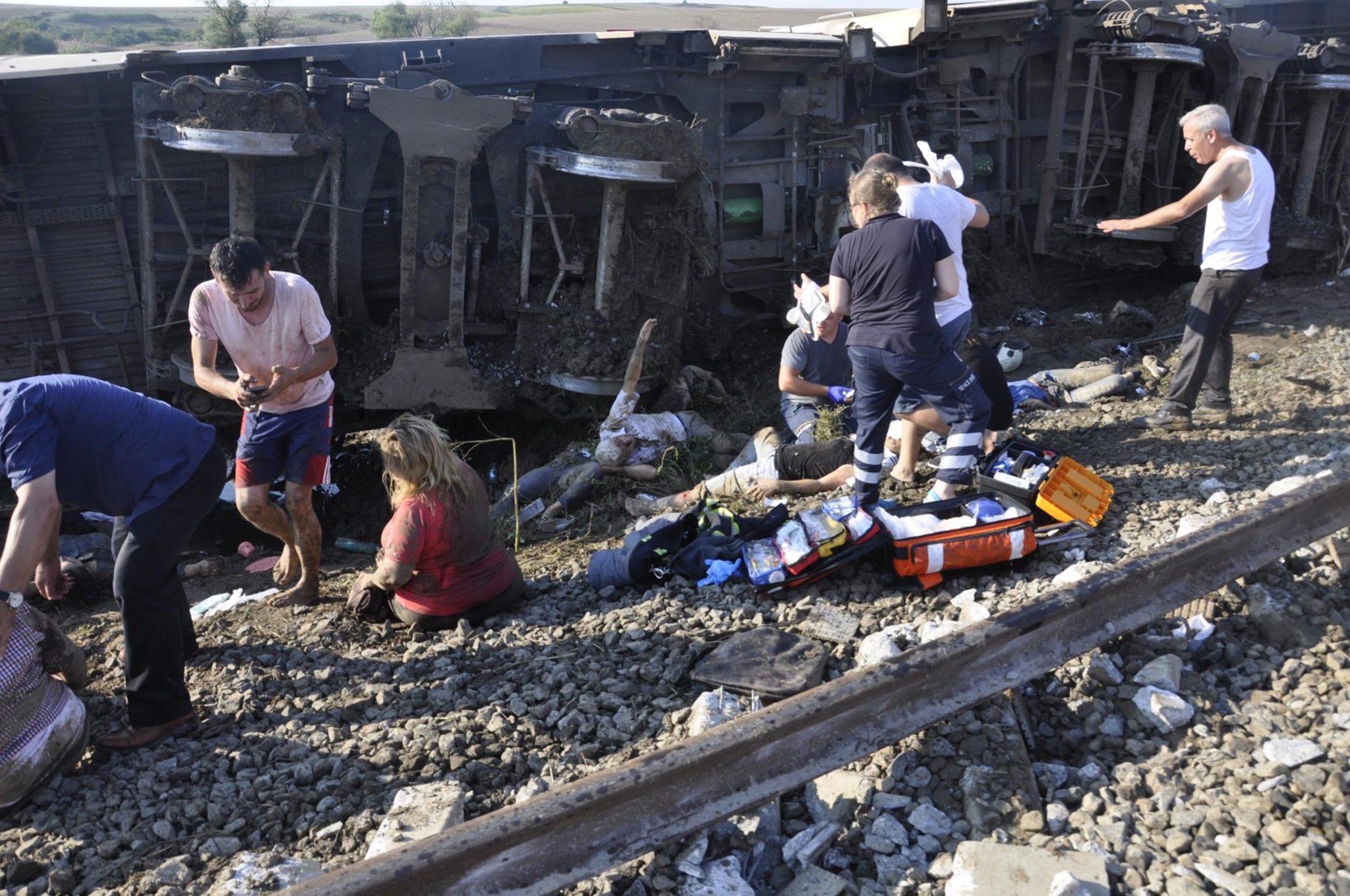Dziesięć osób zginęło, a 73 odniosły obrażenia, gdy w niedzielę wykoleił się w północno-zachodniej Turcji pociąg pasażerski, fot:  Mehmet Yirun, PAP/EPA
