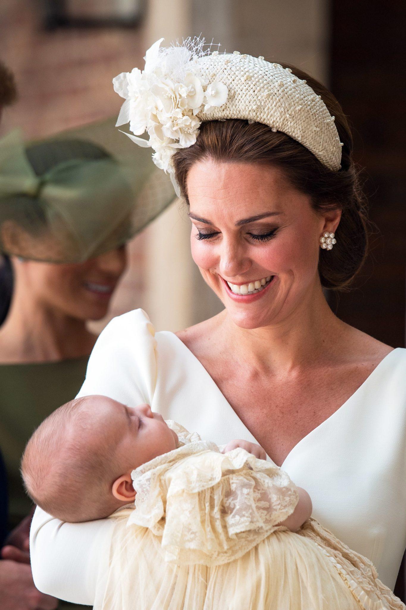 Brytyjska księżna Kate wraz z synem, księciem Ludwikiem, uczestniczą w chrzcinach księcia Ludwika w pałacu św. Jamesa w Londynie, fot: PAP, EPA