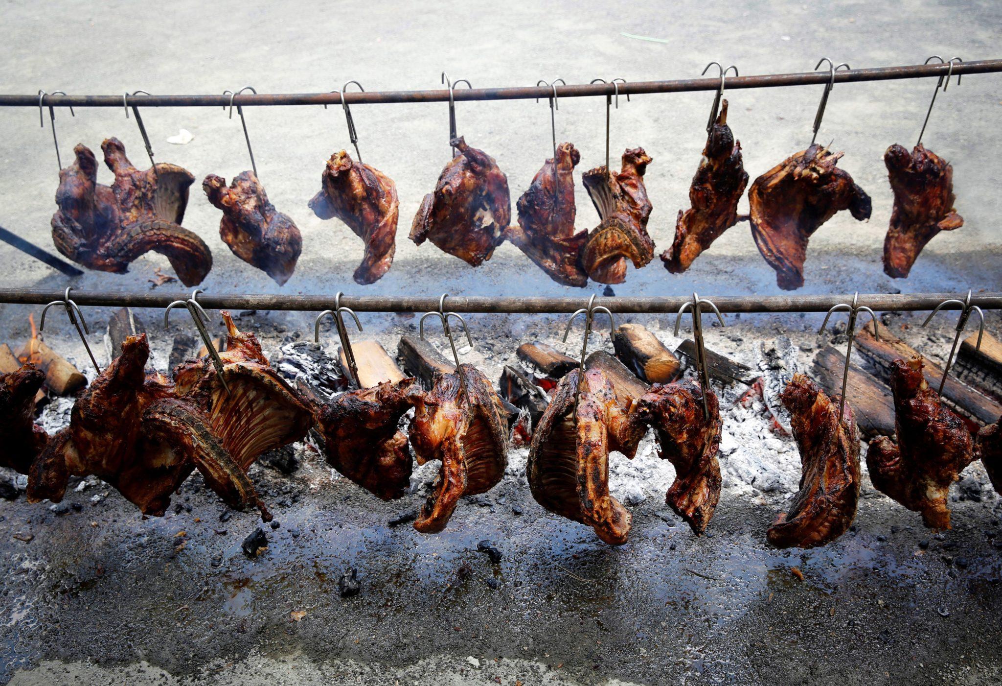 Hiszpania: mięso baranka na stojaku podczas trzeciego dnia Festiwalu San Fermin w Pampelunie, fot: Villar Lopez, PAP/EPA