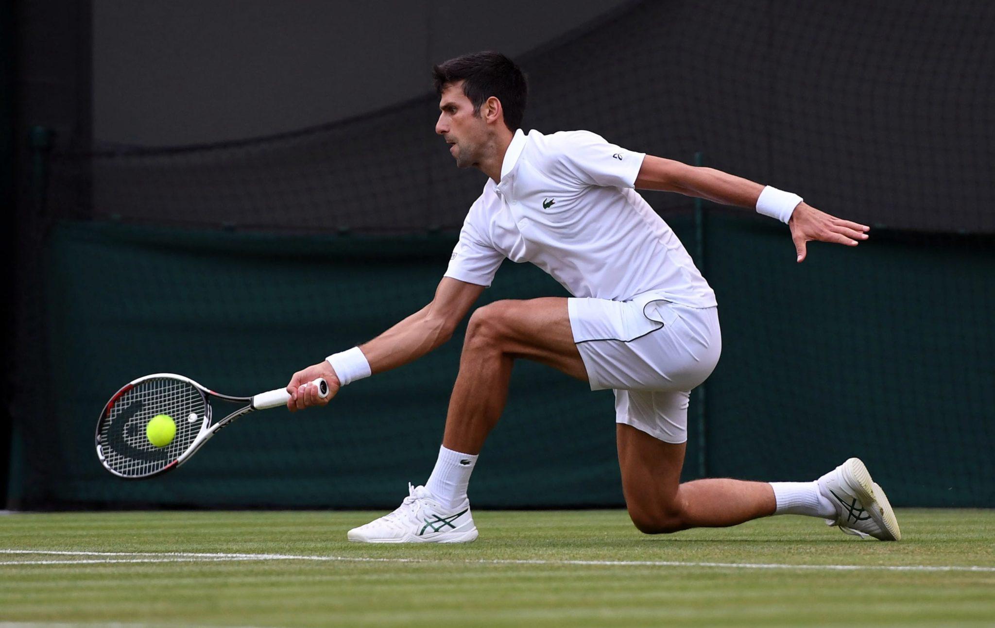 Novak Djokovic z Serbii w czwartej rundzie podczas Mistrzostw Wimbledonu w klubie tenisowym All England Lawn, w Londynie, fot: PAP, EPA