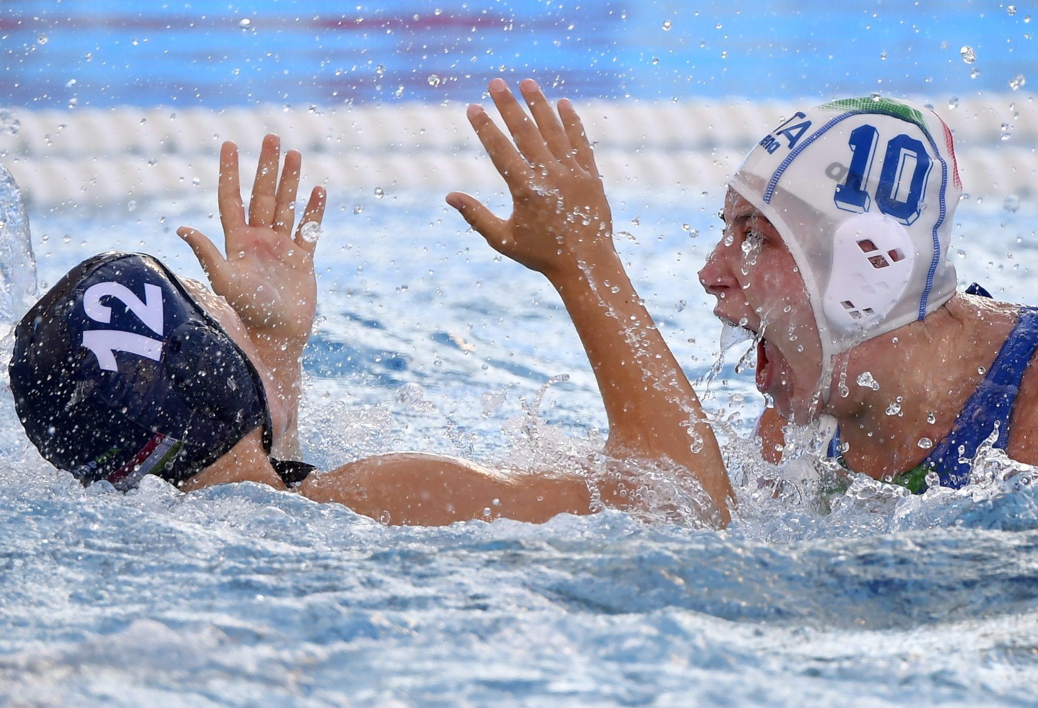 Mistrzostwa Europy w piłce wodnej. Roberta Bianconi z Włoch i Greta Gurisatti (Węgry) walczą o piłkę podczas meczu reprezentacji Węgier z Włochami w ćwierćfinałach w Barcelonie. Węgry wygrał 10:9, fot. Tibor Illyes, PAP/EPA