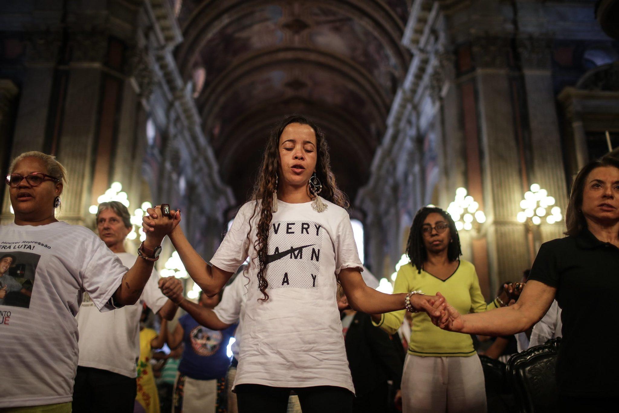 Uczestnicy Mszy świętej upamiętniającej 25. rocznicę masakry