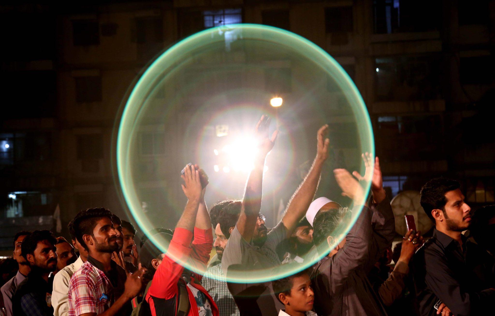 Karaczi, Pakistan. Zwolennicy Mustafa Kamala na politycznym wiecu. W środę wybory parlamentarne w Pakistanie, uprawnionych do głosowania jest 105 mln ludzi, fot. Shahzain Akber, PAP/EPA