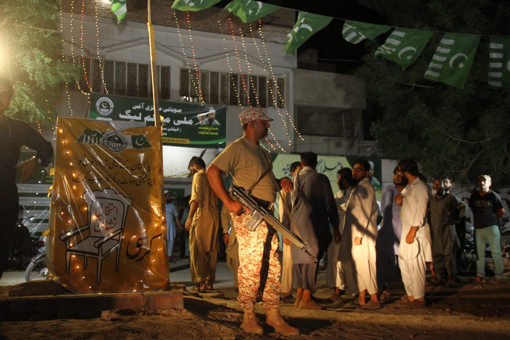 Samochód - pułapka wybuchł przed biurem jednego z kandydatów / liderów ugrupowań startujących w jutrzejszych wyborach parlamentarnych w Pakistanie. W ostatnich dniach kampanii takie ataki się nasilają, fot. Nadeem Khawer, PAP/EPA