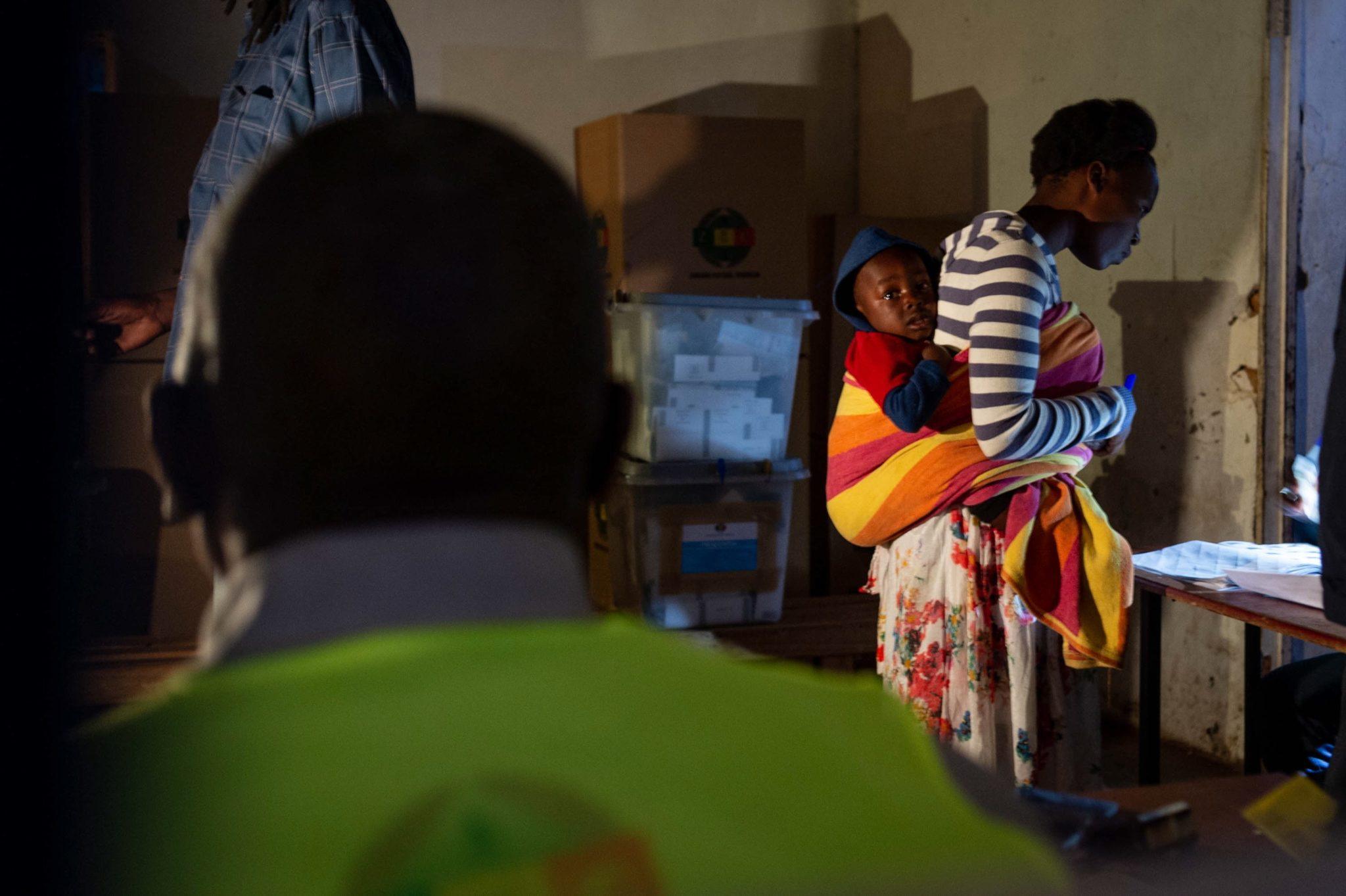 Kobieta przygotowuje się do głosowania z dzieckiem w lokalu wyborczym w dniu wyborów w wiosce Mungate, fot. Yeshiel Panchia, PAP, EPA // To pierwsze od 20 lat wybory w Zimbabwe, w których nie startowały dwie najsilniejsze osobowości krajowej polityki - Mugabe i zmarły w lutym przywódca opozycji Morgan Tsvangirai. Jeśli żaden z kandydatów nie uzyska ponad połowy głosów, druga tura wyborów prezydenckich odbędzie się 8 września.  Oczekuje się jednak, że w pierwszej rundzie zwycięży obecny prezydent Mnangagwa, który w startował z pozycji faworyta jako kandydat rządzącego Afrykańskiego Narodowego Związku Zimbabwe.