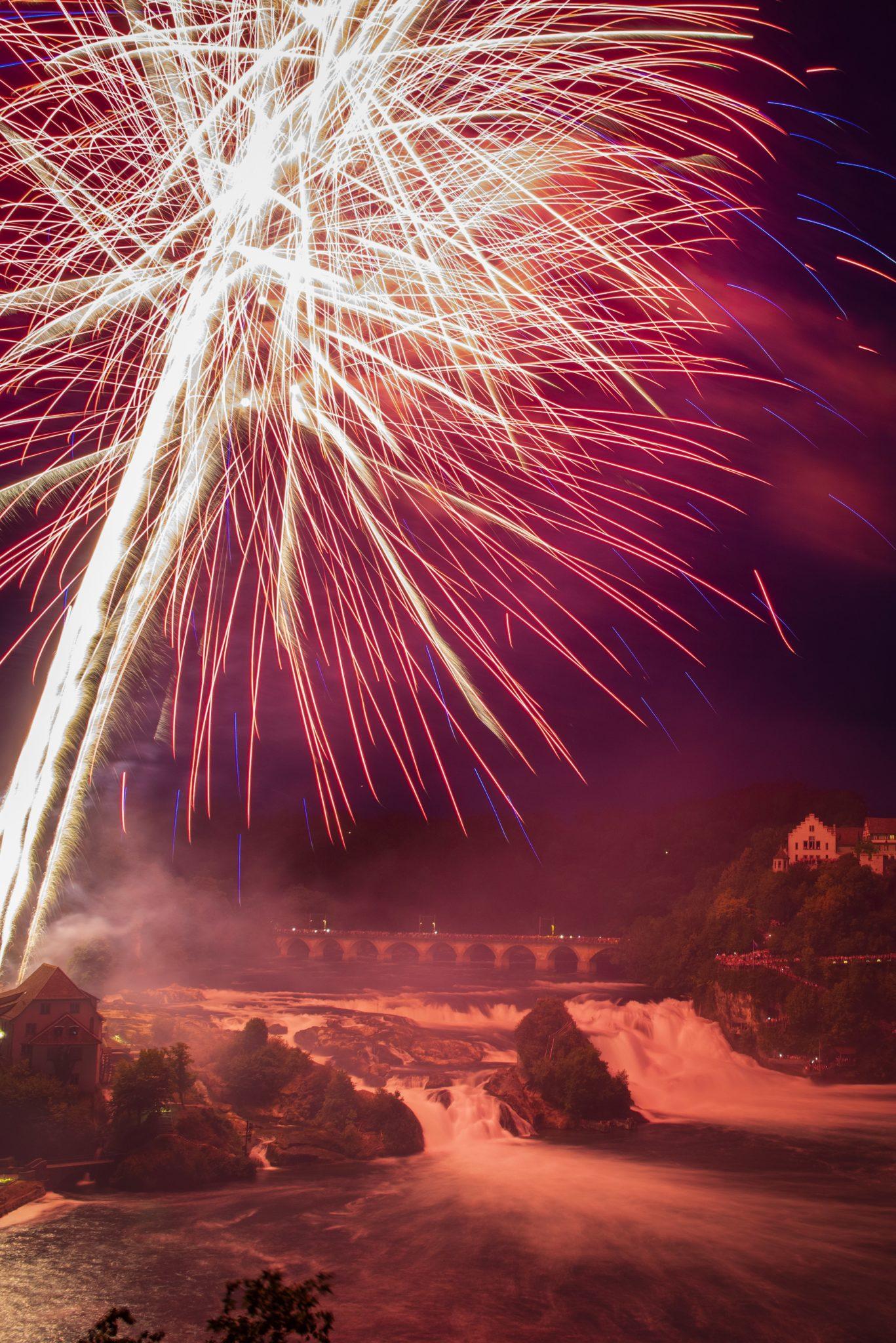 Pokaz sztucznych ogni nad Renem, w Neuhausen. Szwajcaria - 1go sierpnia - obchodzi Święto Narodowe, fot. Melanie Duchene, PAP/EPA