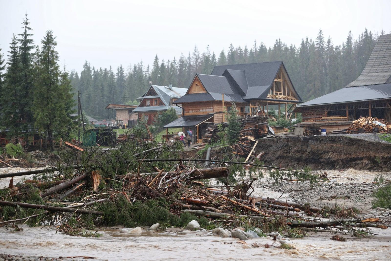 Podtopienia po intensywnych opadach deszczu w miejscowości Małe Ciche, fot. PAP/Grzegorz Momot