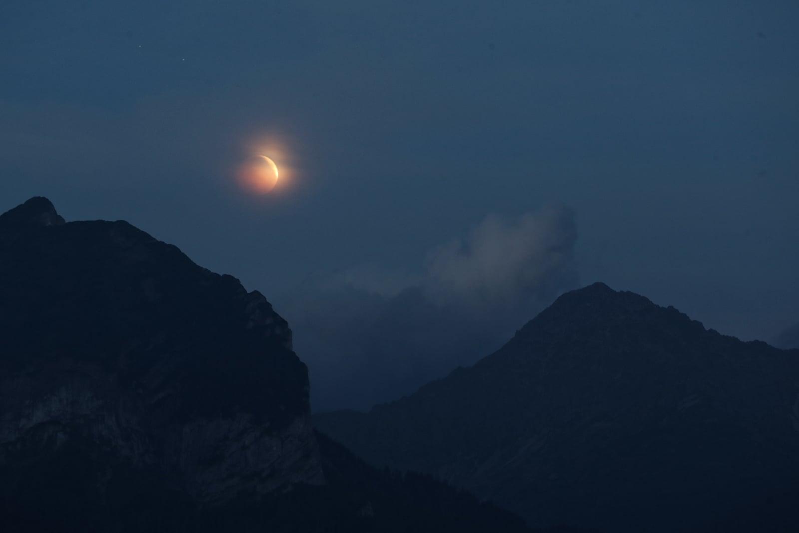 Zaćmienie księżyca nad Tatrami Bielskimi obserwowane z Wierchu Poroniec, fot. PAP/Grzegorz Momot
