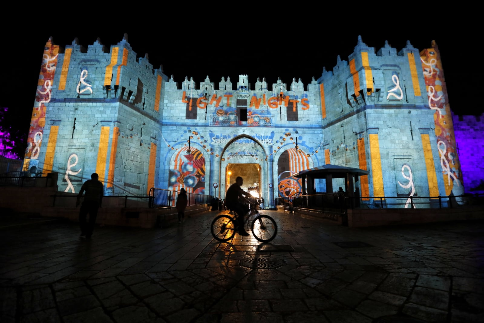 epa06856276 A view of a light projection show on Damascus Gate during the Jerusalem Lights Festival, in the Old City of Jerusalem, 01 July 2018. The festival, hosting Israeli and international artists runs for a week from June 27 to July 05.  EPA/ABIR SULTAN  Dostawca: PAP/EPA.