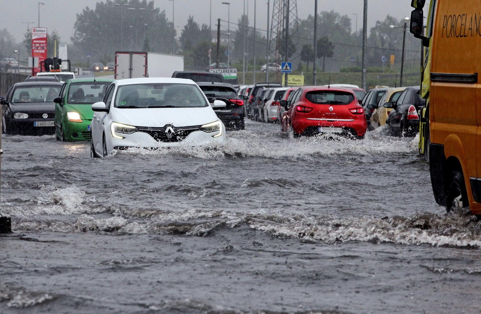 Powódź po ulewnych deszczach w Oviedo, Hiszpania EPA/ALBERTO MORANTE