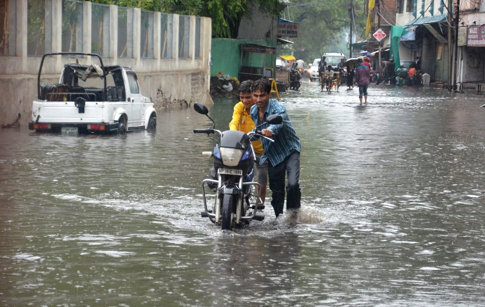 Ulewy w Indiach fot. EPA/SANJEEV GUPTA