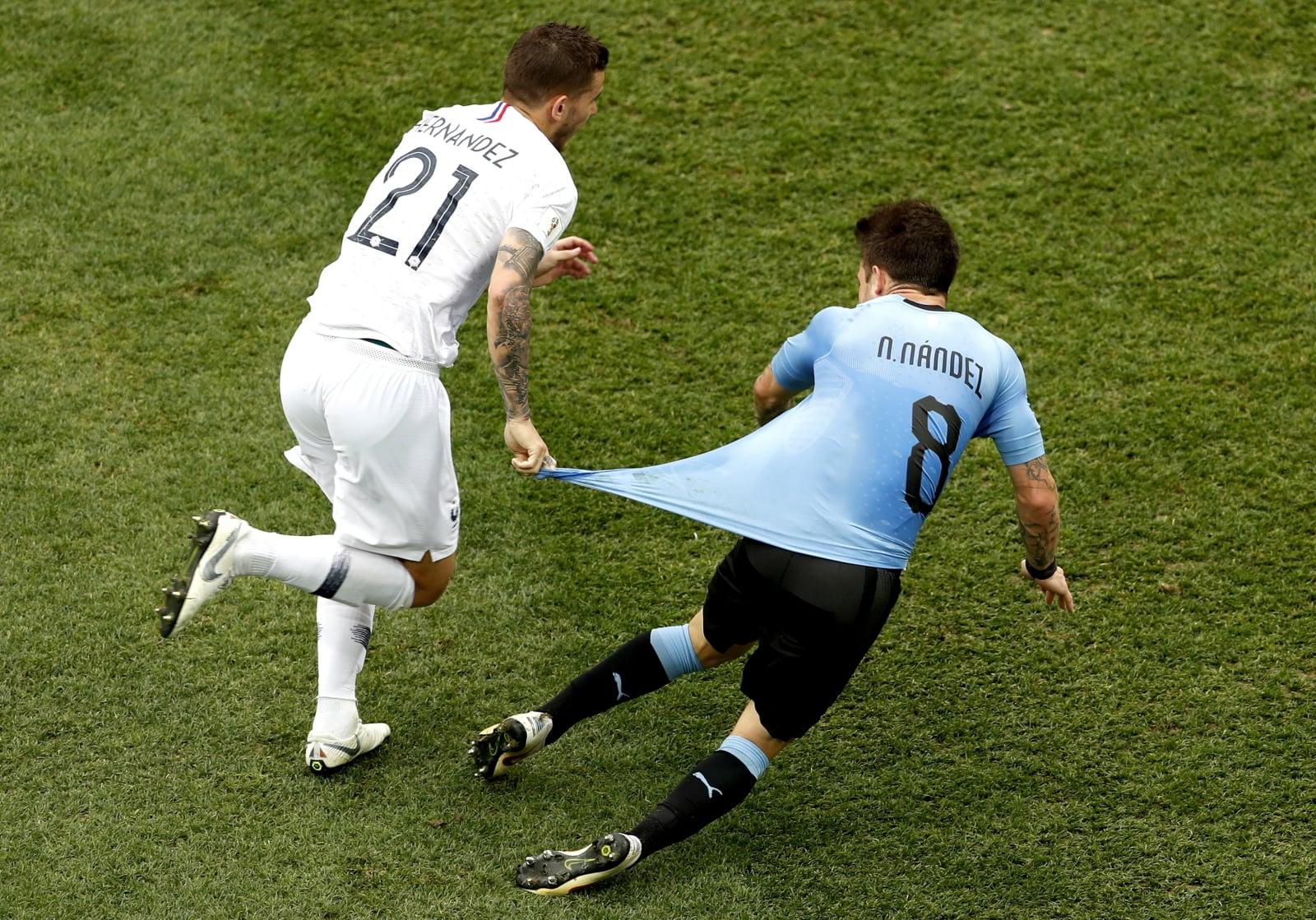 Faul Lucasa Hernandeza w meczu Francji z Urugwajem. Fot. PAP/EPA/RITCHIE B. TONGO
