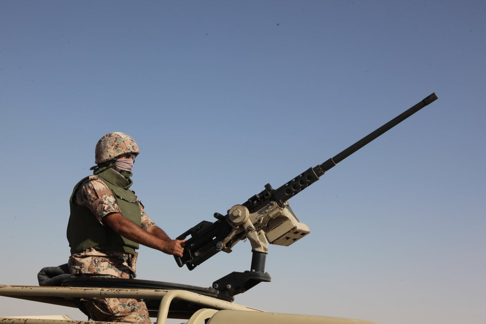 Jordański żołnierz na granicy z Syrią. Fot. PAP/EPA/AHMAD ABDO