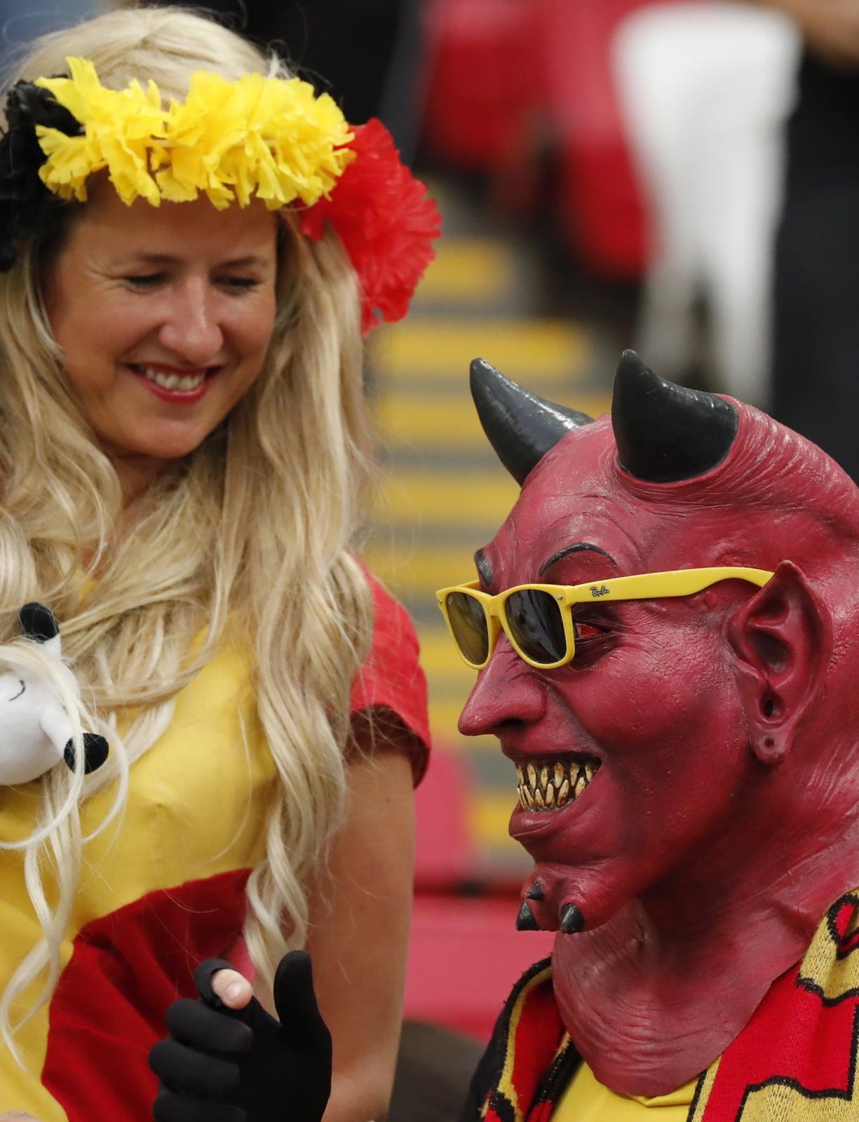 """Fan Belgów nazywanych """"Czerwonymi Diabłami"""". Fot. PAP/EPA/DIEGO AZUBEL"""