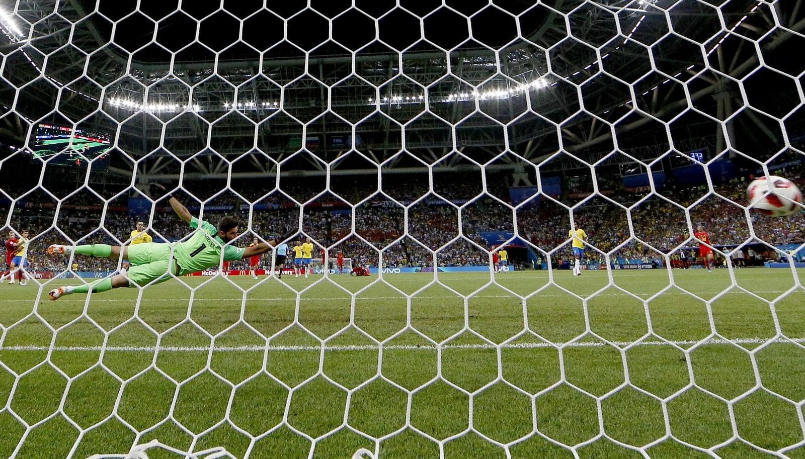 Drugi gol reprezentacji Belgii w pojedynku Belgia-Brazylia. Fot. PAP/EPA/SERGEY DOLZHENKO