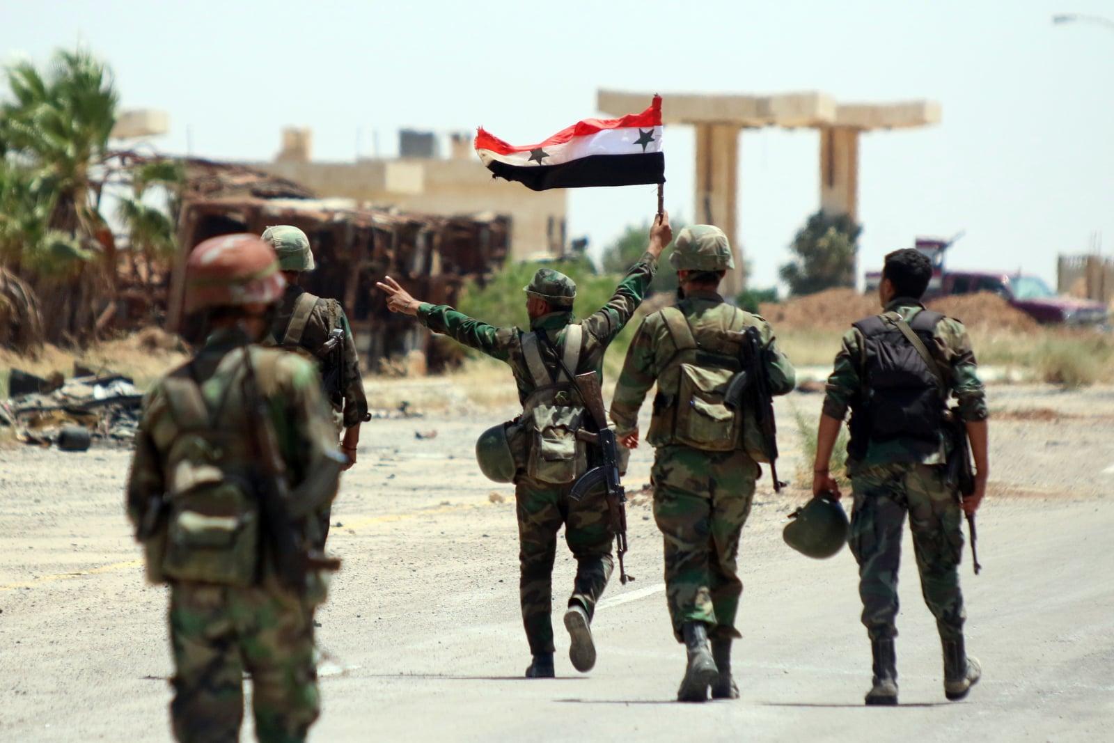 Syryjscy żołnierze wkraczają do prowincji poddanej przez rebeliantów. Fot. PAP/EPA/YOUSSEF BADAWI