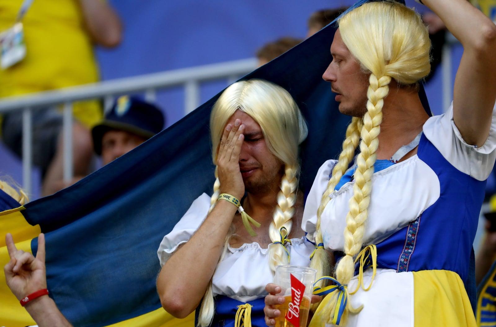 Szwedzcy kibice w trakcie meczu Anglia-Szwecja. Fot. PAP/EPA/SERGEI ILNITSKY