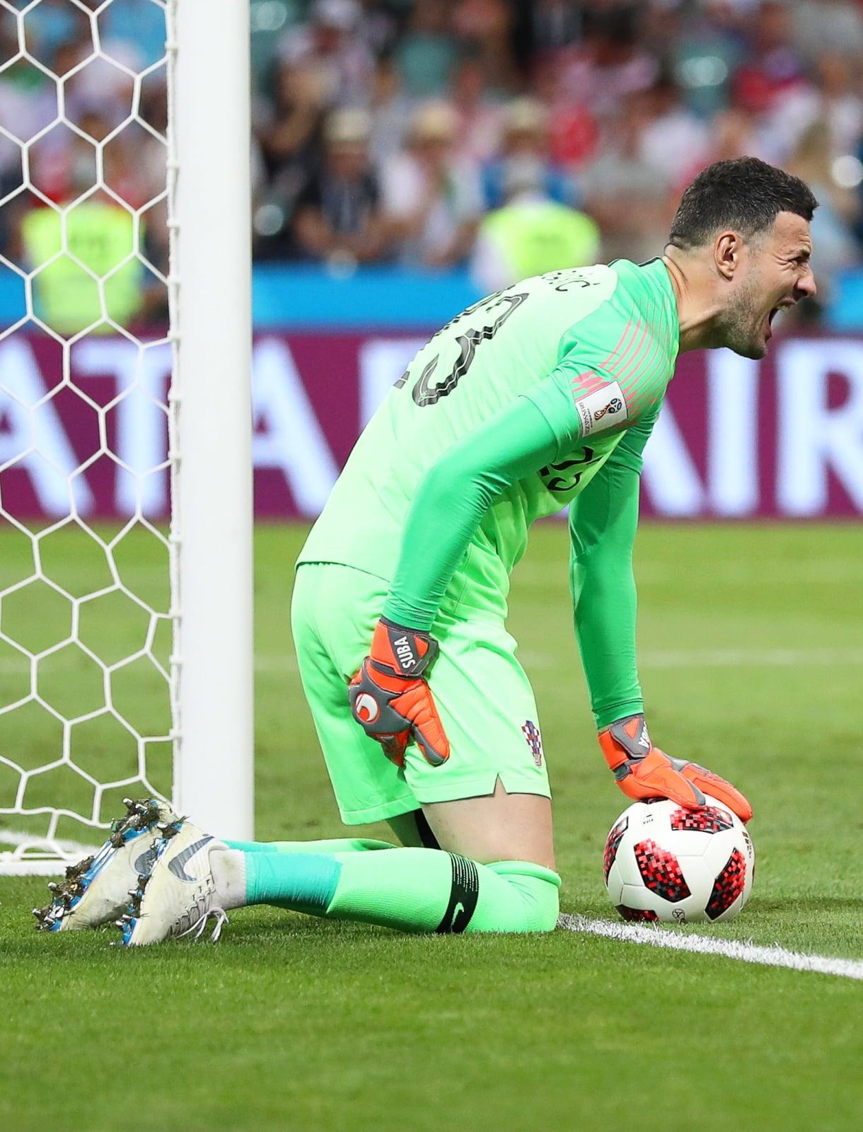 Skurcz chorwackiego bramkarza Danijela Subasica pokazuje ogromne zmęczenie piłkarzy. Fot. PAP/EPA/FRIEDEMANN VOGEL