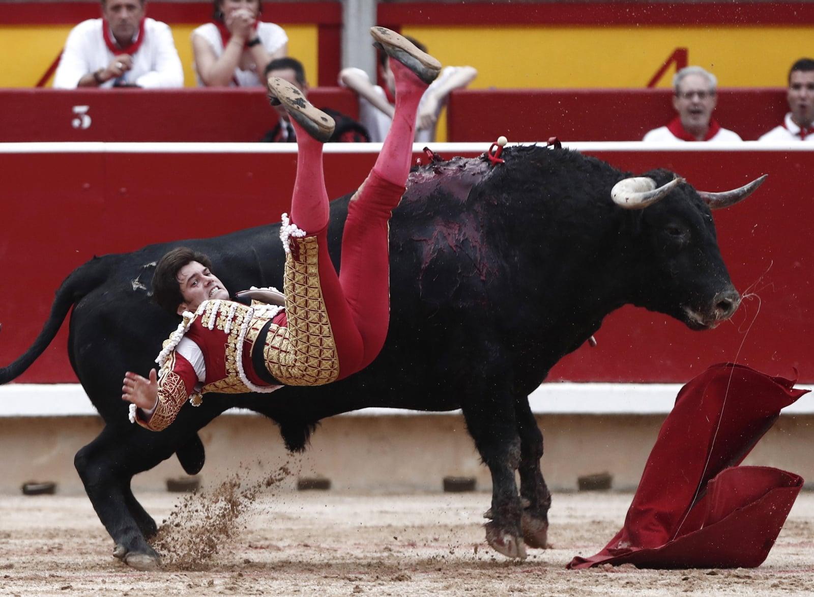Hiszpan Jose Garrido w czasie walki z bykiem, Pampeluna, Hiszpania. Fot. PAP/EPA/Jesus Diges