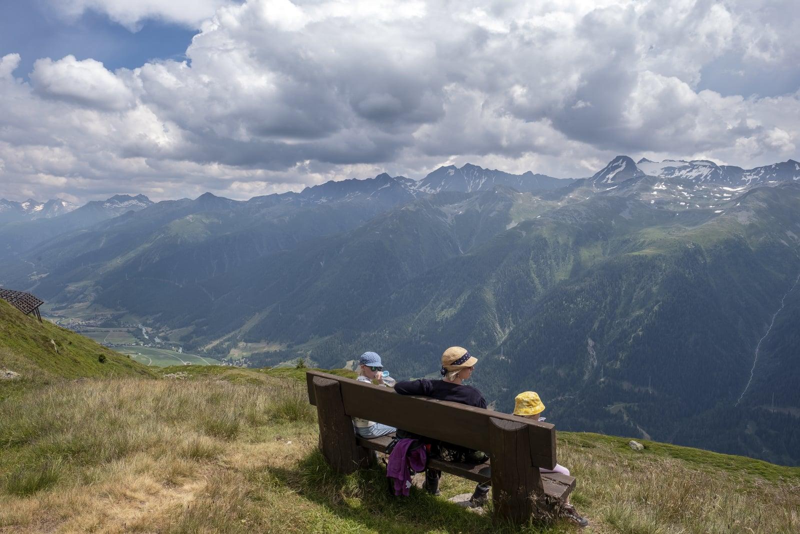 Piesze wycieczki w Szwajcarii, fot. EPA/WALTER BIERI