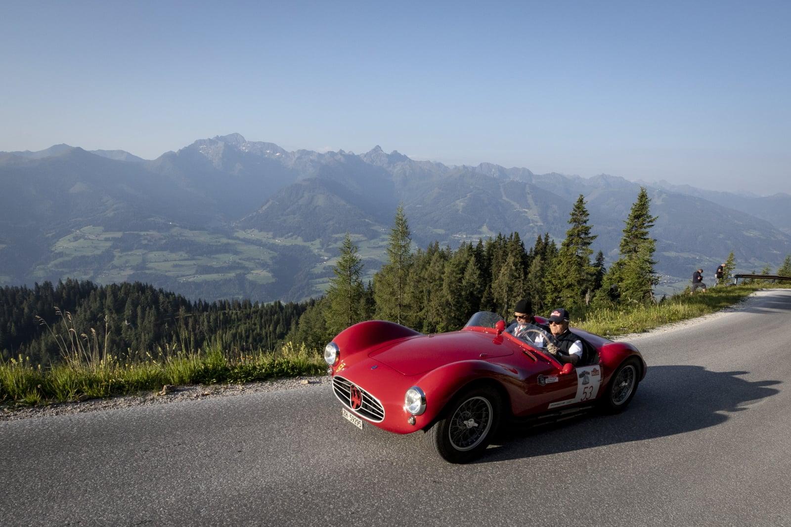 Rajd klasycznych samochodów fot. EPA/CHRISTIAN BRUNA